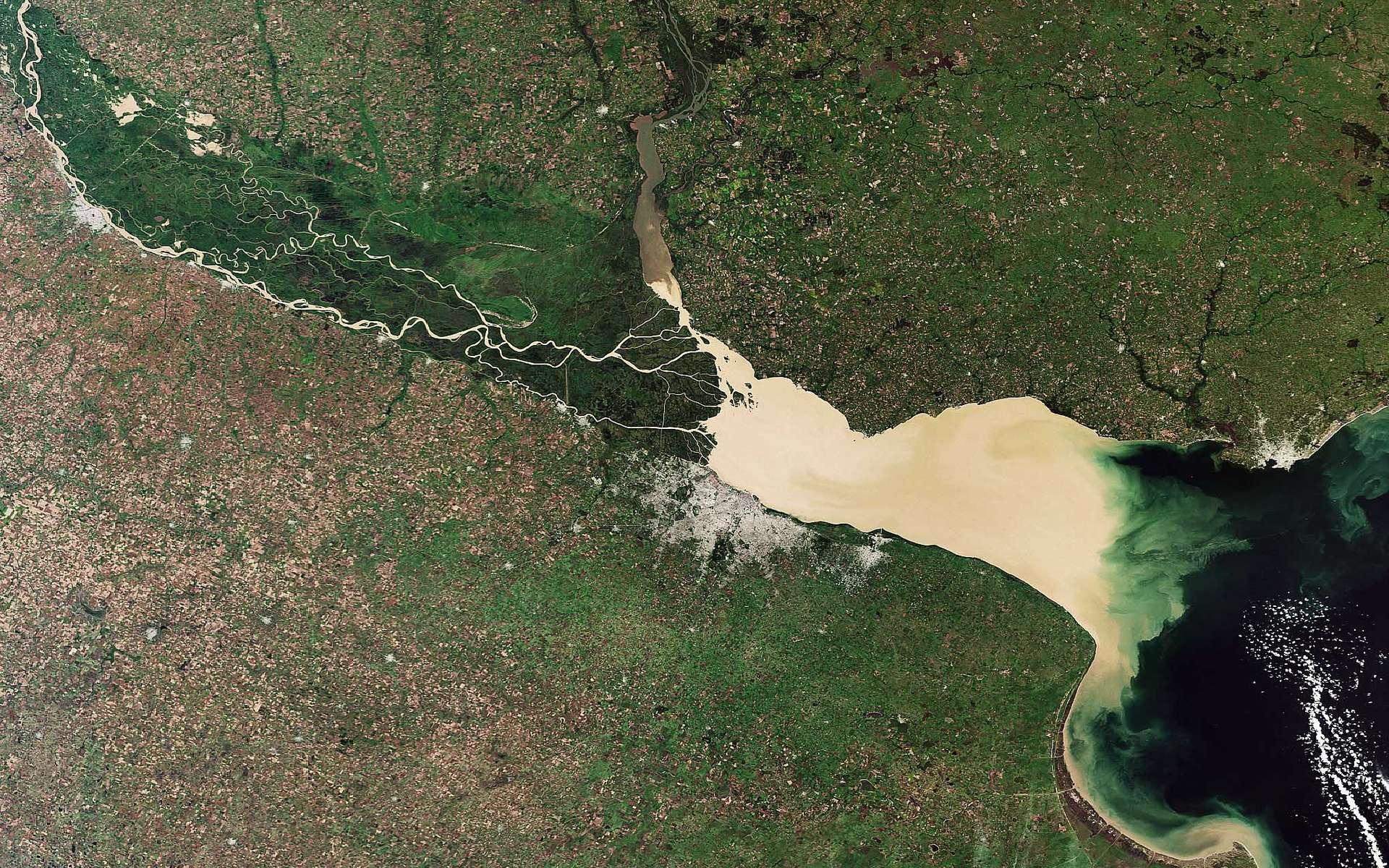 Buenos Aires apparaît ici comme une zone grise sur la rive australe du Rio de la Plata, dont les eaux sont chargées de sédiments, flanquée d'une seconde petite tache qui marque la capitale provinciale de La Plata, un peu plus à l'est. Crédit Esa