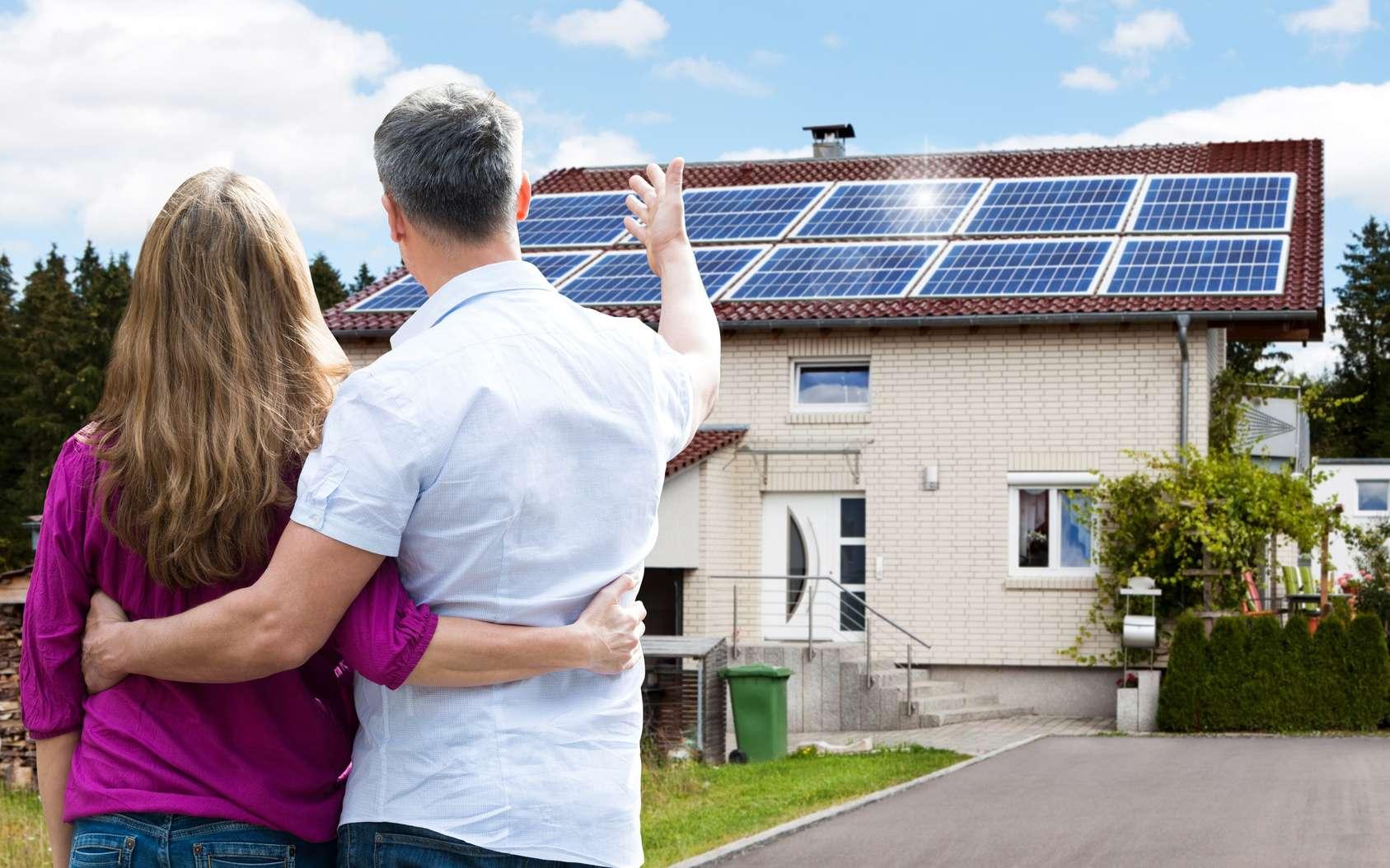 Installer des panneaux solaires sur une maison implique de bien choisir leur emplacement. © Andrey Popov