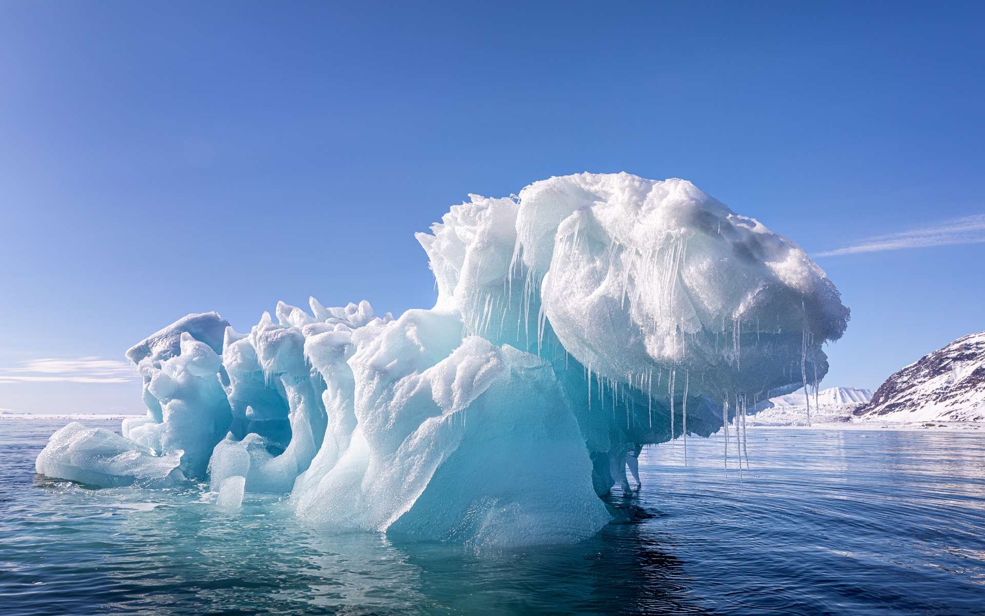 Au Svalbard, un archipel en Norvège, un pic de chaleur très au dessus des normales saisonnières a été enregistré. Les glaciers du Svalbard reculent rapidement. Ils recouvrent normalement 60 % de cet archipel, soit une superficie de 38.000 km². © Rixie, Adobe Stock