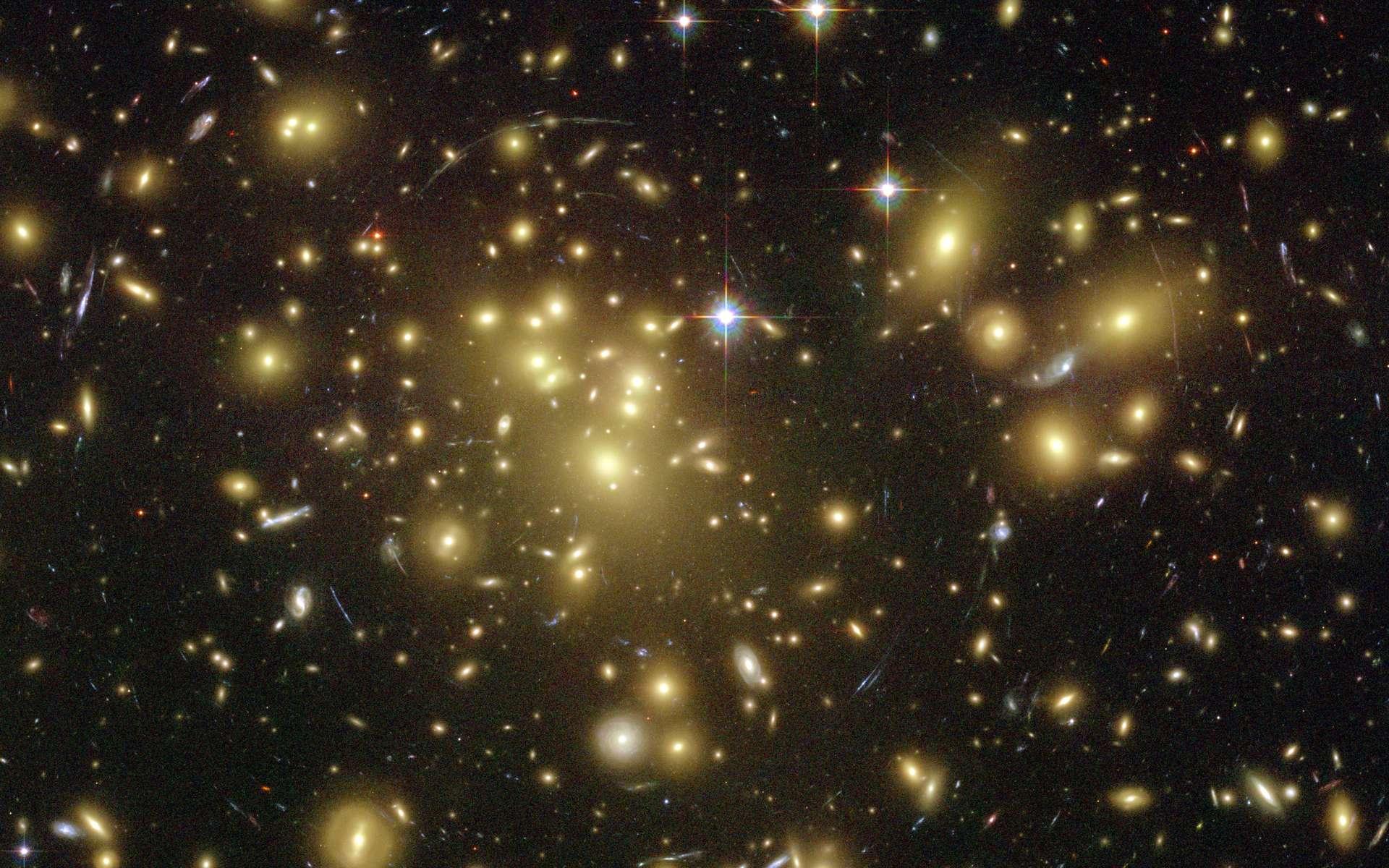 Certains des arcs lumineux les plus faibles de cette image sont en fait des galaxies situées à un peu plus de 13 milliards d'années-lumière, déformées par l'effet de lentille gravitationnelle, aussi appelé mirage gravitationnel. © Nasa