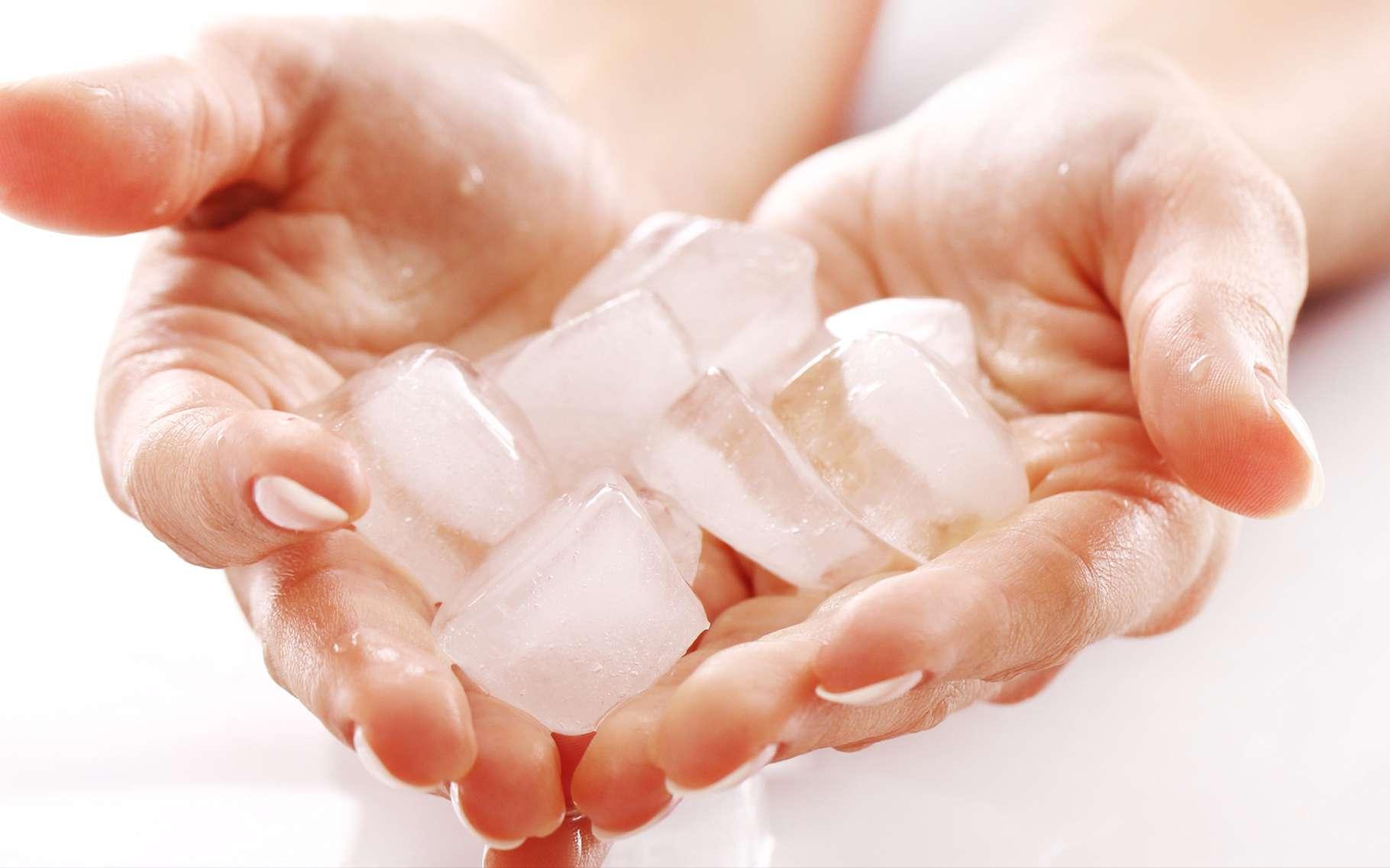 Les glaçons collent à la peau s'ils sont suffisamment froids et que les doigts sont légèrement humides. © Yeko Photo Studio, Shutterstock