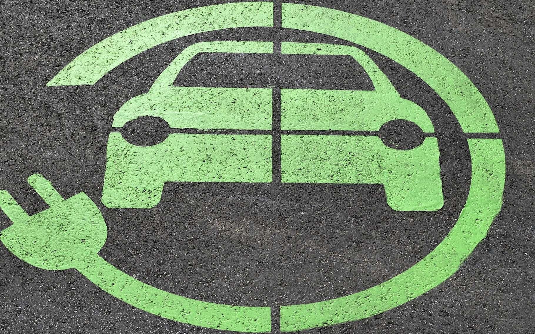 Une technologie imaginée par des chercheurs de l'université de Stanford pourrait bientôt permettre de charger une voiture électrique tout en roulant. © paulbr75, Pixabay, CC0 Public Domain