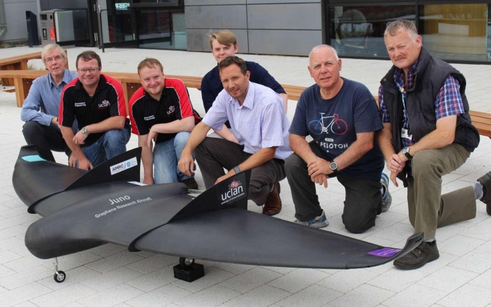 L'équipe de scientifiques de L'UCLan autour de son drone aile-volante revêtu de graphène. © UCLan