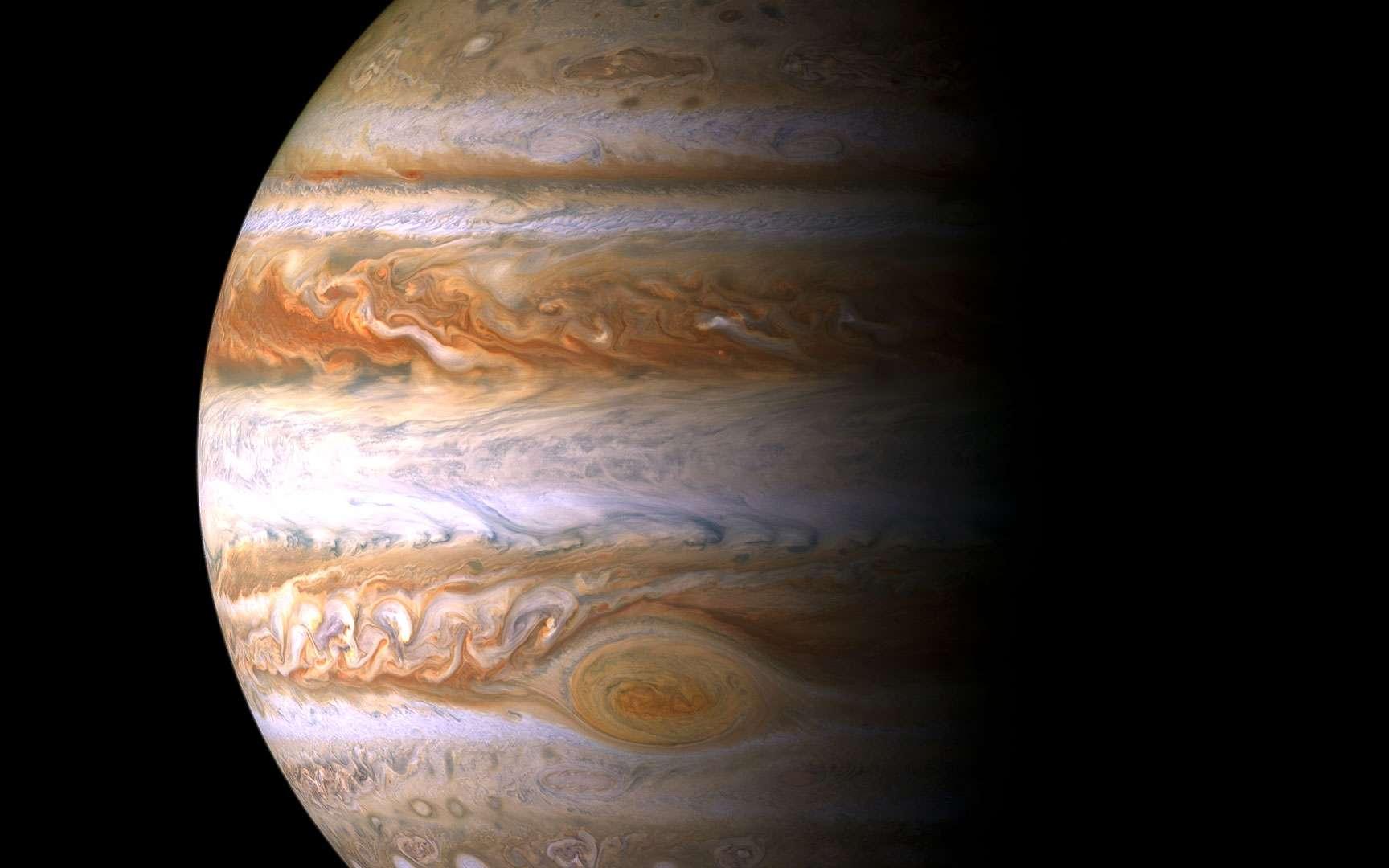 Jupiter. Mosaïque en couleur constituée de 27 images prises de neuf endroits (en rouge, vert et bleu) par la sonde Cassini-Huygens le 29 décembre 2000, alors qu'elle se trouvait à 10 millions de km de Jupiter. Il s'agit du portrait le plus fin de Jupiter jamais réalisé, qui permet de visualiser des détails dont les plus petits mesurent 60 km.