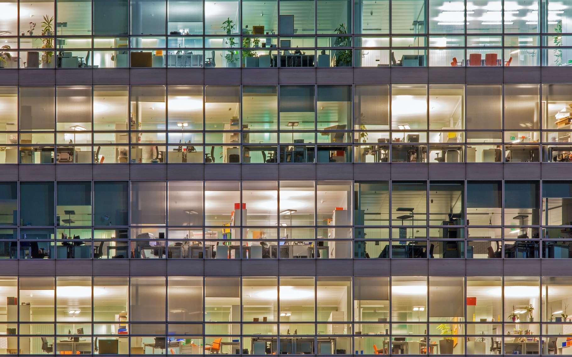 Des moyens existent pour économiser l'énergie au bureau, tels que éteindre les lumières la nuit. © Renata Sedmakova, Adobe Stock