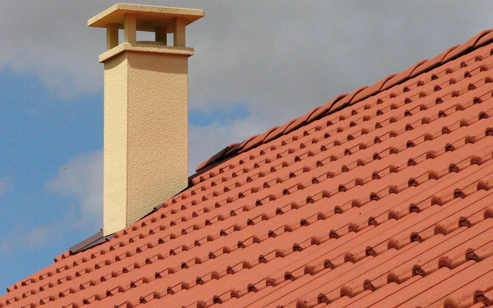 L'alèze est un élément en métal qui permet de faire une jonction entre le toit et la souche de la cheminée. © zigazou76, CC BY 2.0, Flickr
