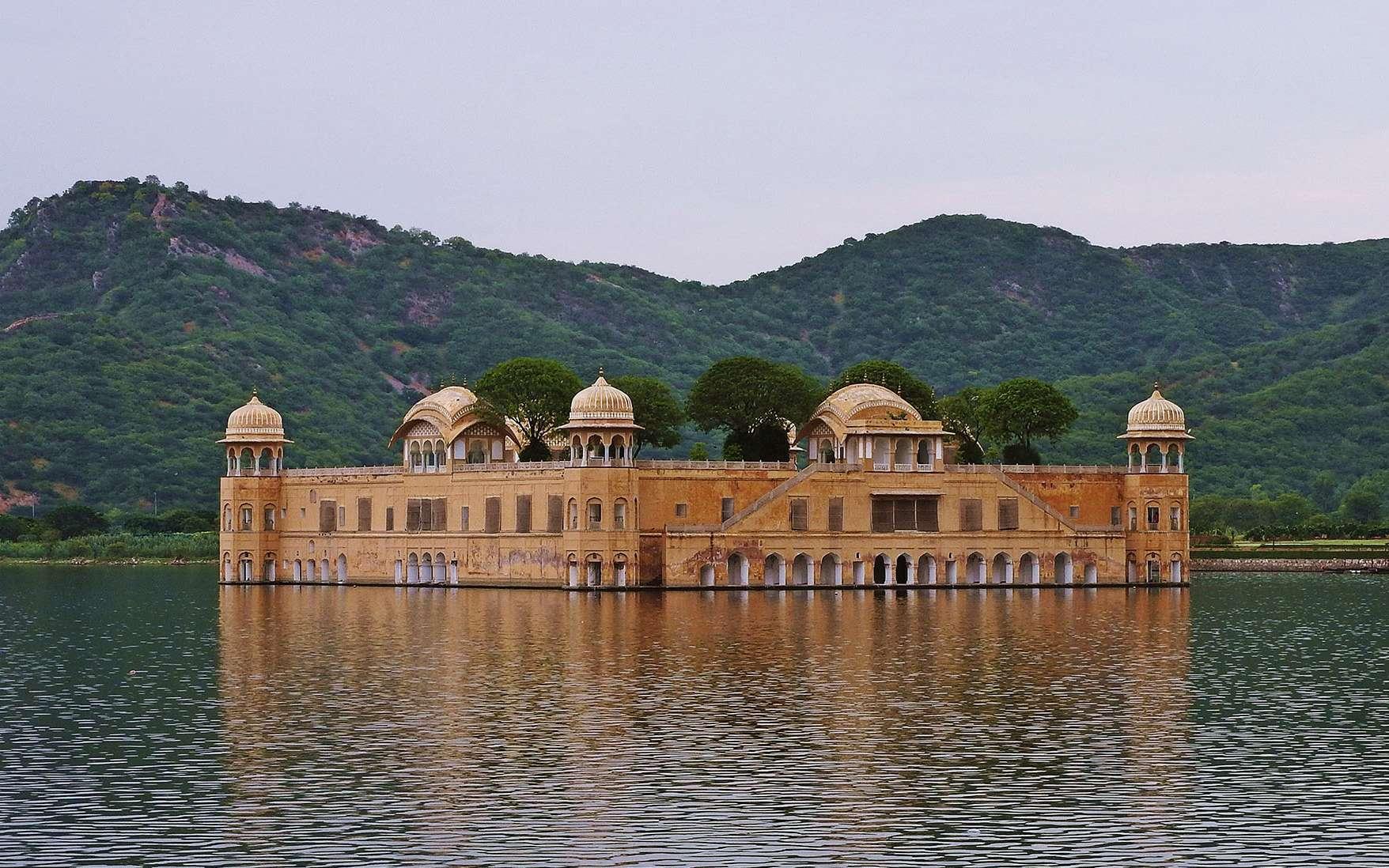 Contrairement au Taj Mahal, dit le palais de la couronne, le Jal Mahal est peu connu. Littéralement « palais sur l'eau », il est situé dans le nord de l'Inde, et plus précisément à Jaipur, une ville du Rajasthan. Ce palais a été construit au XVIIIe siècle pour le Maharaja, le roi de l'Inde, afin d'être son palais d'été. Or, dans ce pays où les températures peuvent monter jusqu'à 40 °C en saison pré-mousson, il convient de pouvoir vivre dans un endroit frais. Ainsi, un barrage a été érigé dans le seul but de créer un lac autour du palais. Quel meilleur moyen d'être rafraîchi ?Jal Mahal, à Jaipur, en Inde. © Ajit Kumar Majhi, Wikimedia commons, CC by-sa 4.0