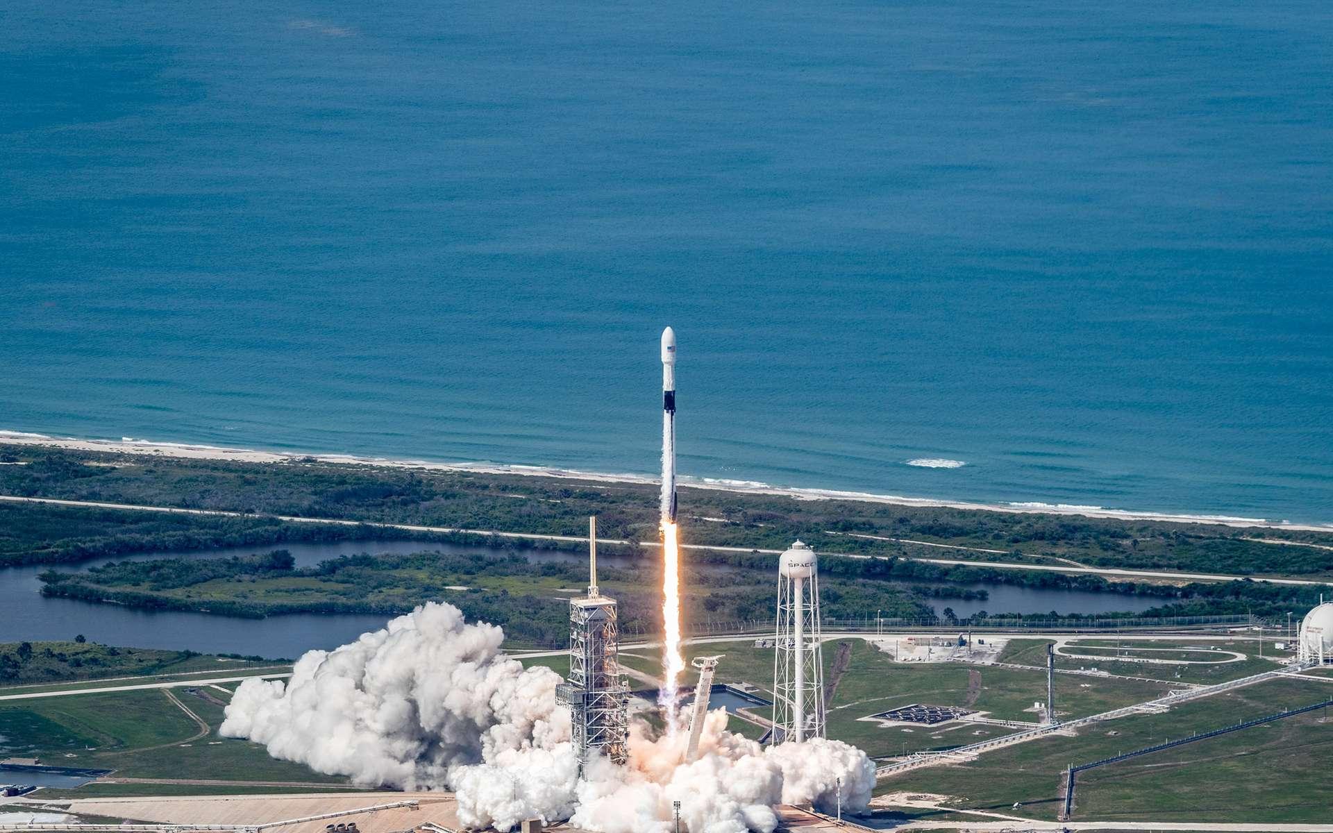 Lancement du satellite Bangabandhu-1, le premier satellite de télécommunications géostationnaire du Bangladesh, par un lanceur Falcon 9. Le lanceur a décollé du pas de tir LC-39A du Centre spatial Kennedy de la Nasa (mai 2018). © SpaceX
