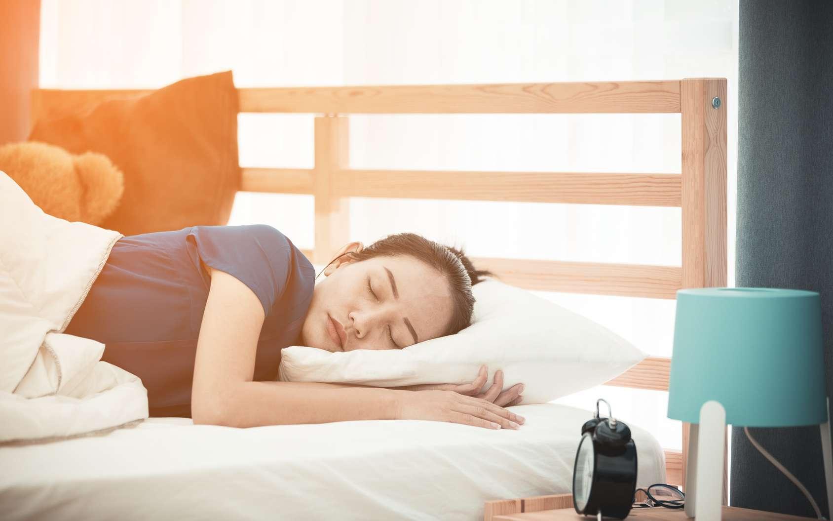 Quand nous dormons, l'activité cérébrale est ralentie, mais pas complètement inexistante, d'où les rêves. © sirikorn, Fotolia