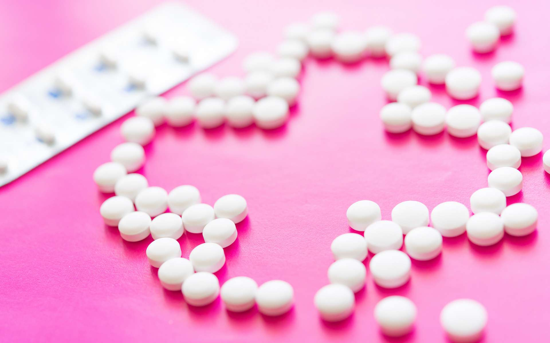 Les corticoïdes sont très efficaces mais présentent des effets secondaires importants à forte dose et à long terme. © sharaku1216, Adobe Stock