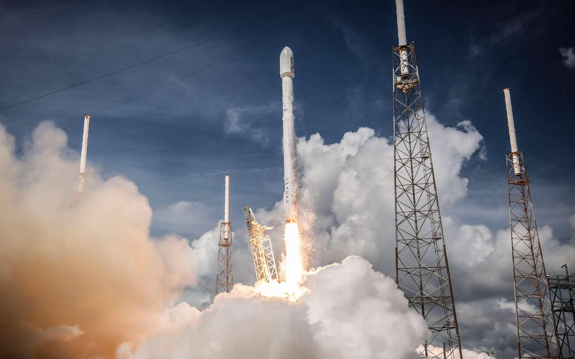 Un lanceur Falcon 9 au décollage avec, à son bord, onze satellites OG2 de la constellation Orbcomm. © SpaceX