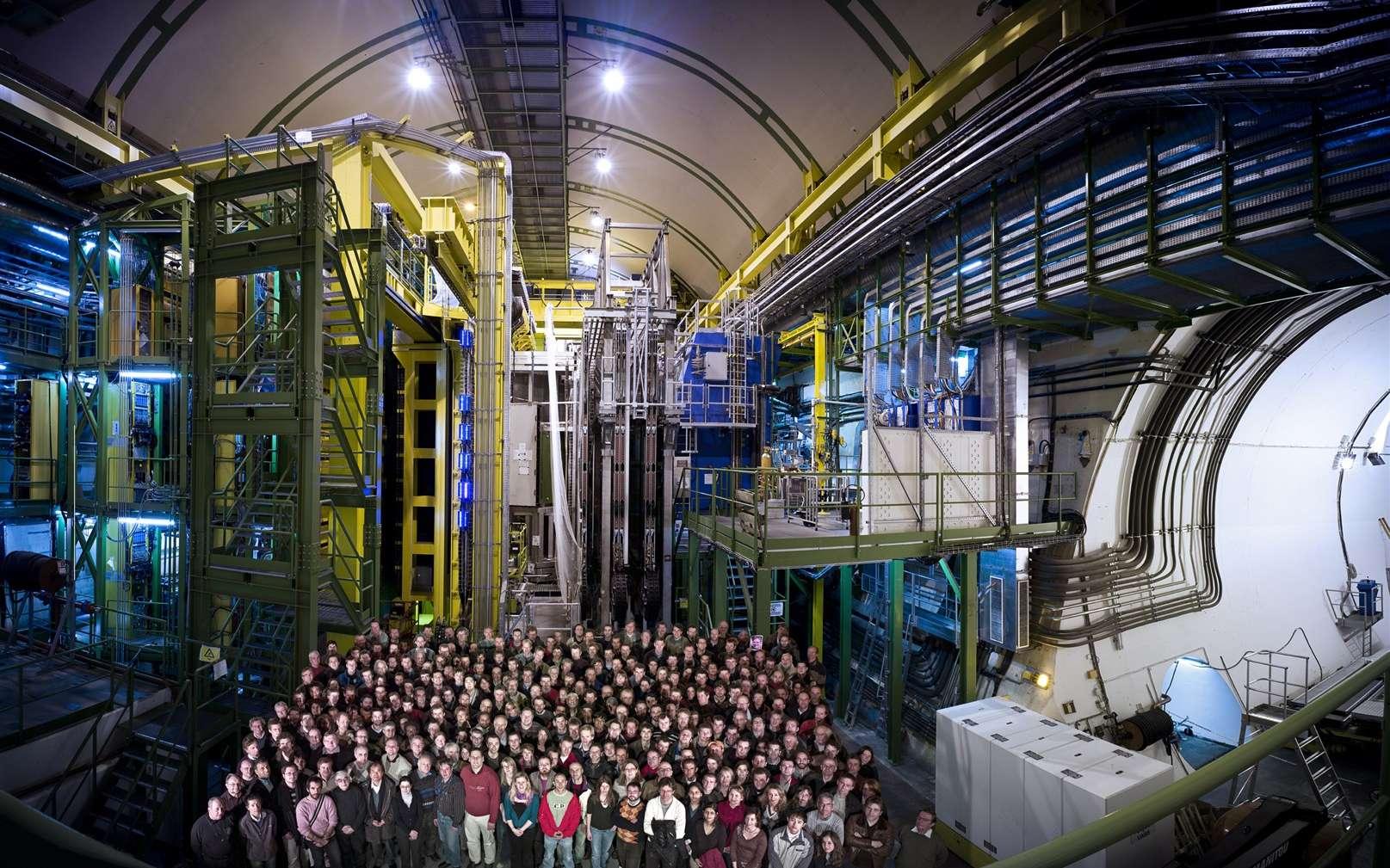 Les membres de la collaboration LHCb devant le détecteur du Cern. © Cern-Maximilien Brice-Rachel Barbier