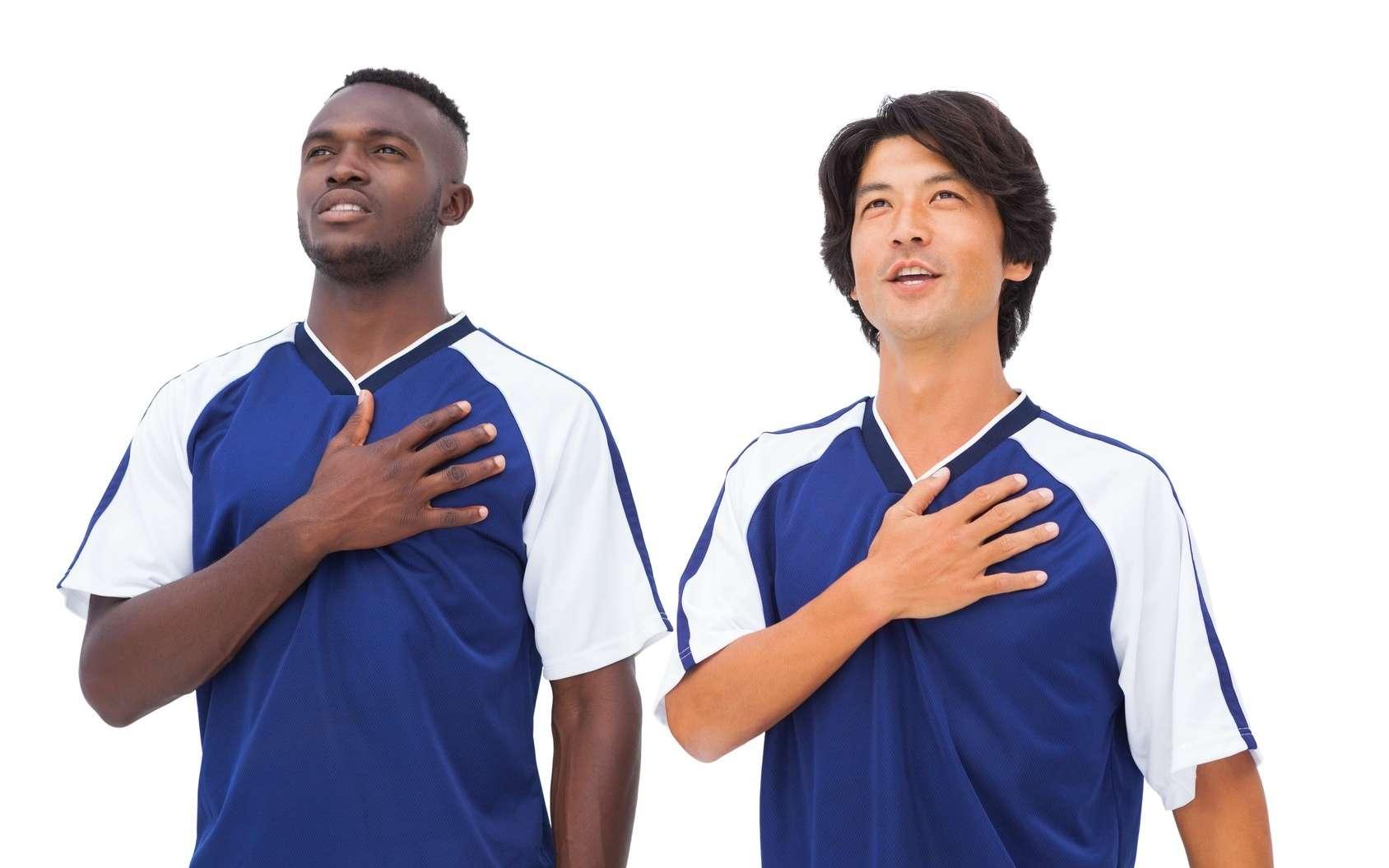 Observez les joueurs pendant qu'ils chantent l'hymne national ! © WavebreakMediaMicro, Fotolia