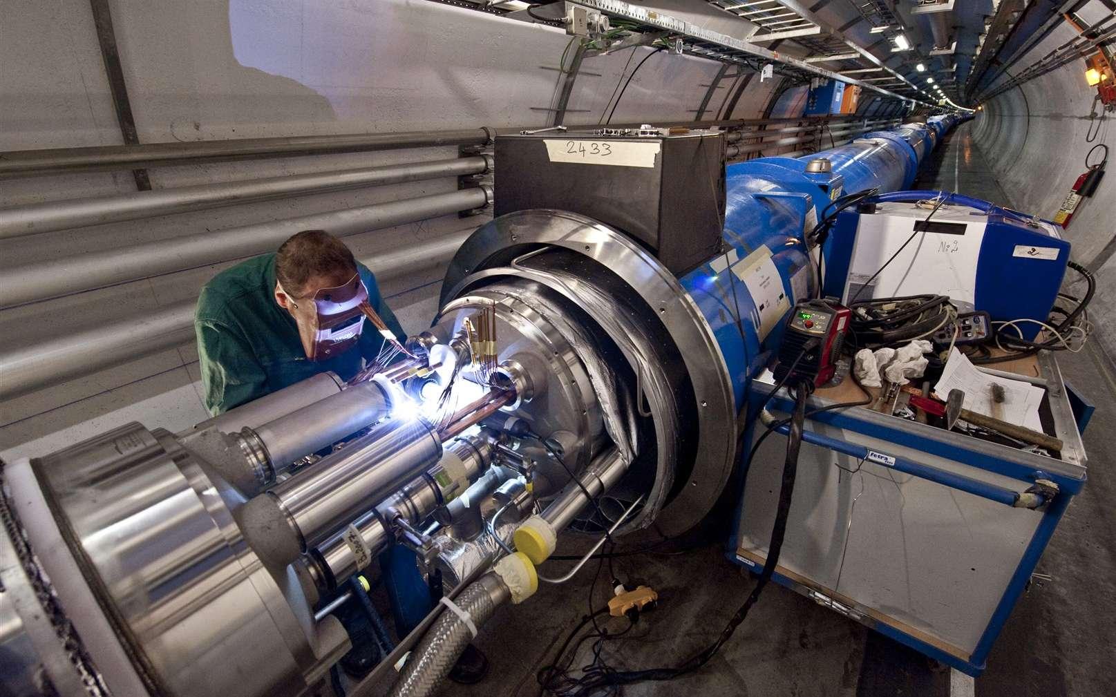 Un technicien en train de connecter à nouveau les aimants dipolaires dans le secteur 3-4 du LHC. Crédit : Maximilien Brice-Cern