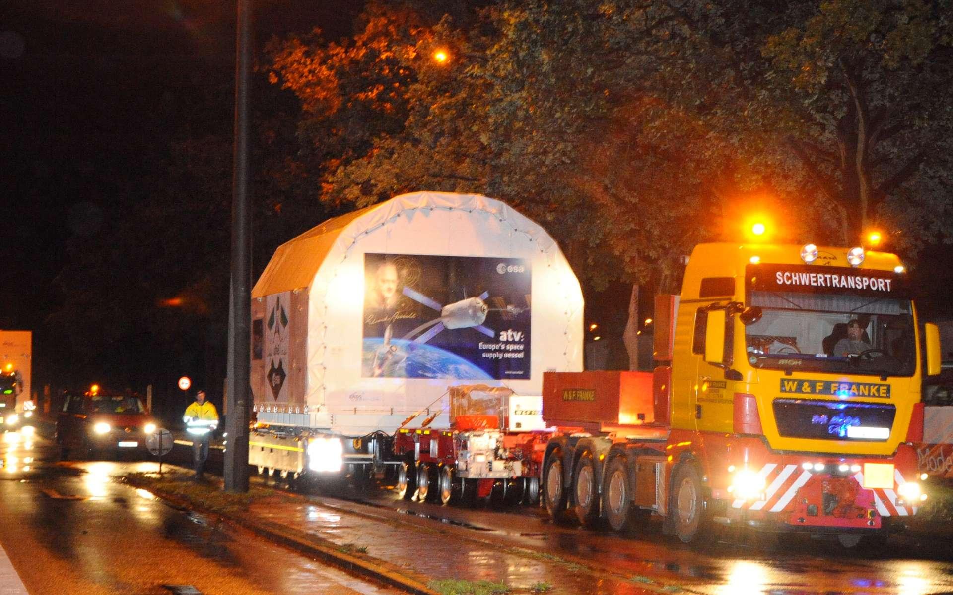 Convoi exceptionnel pour transporter en pièces détachées l'ATV-3 Edoardo Amaldi jusqu'au Centre spatial guyanais. © Astrium