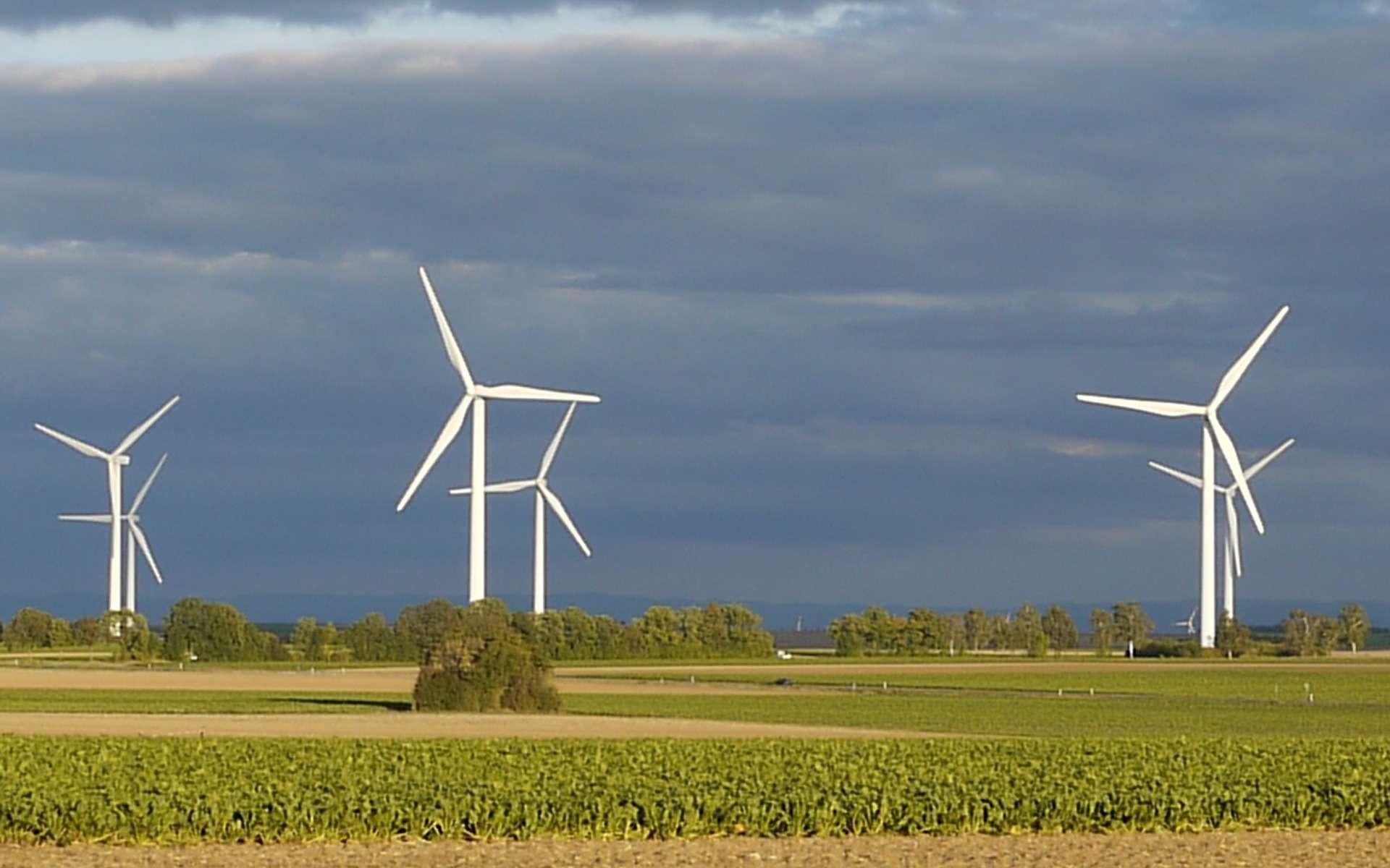 Les éoliennes doivent être intégralement blanches. (Dans le début des années 2000, il était autorisé de peindre les extrémités des pales d'éoliennes en rouge. Cependant, la règle a changé fin 2012). © Pewi, Pixabay, DP