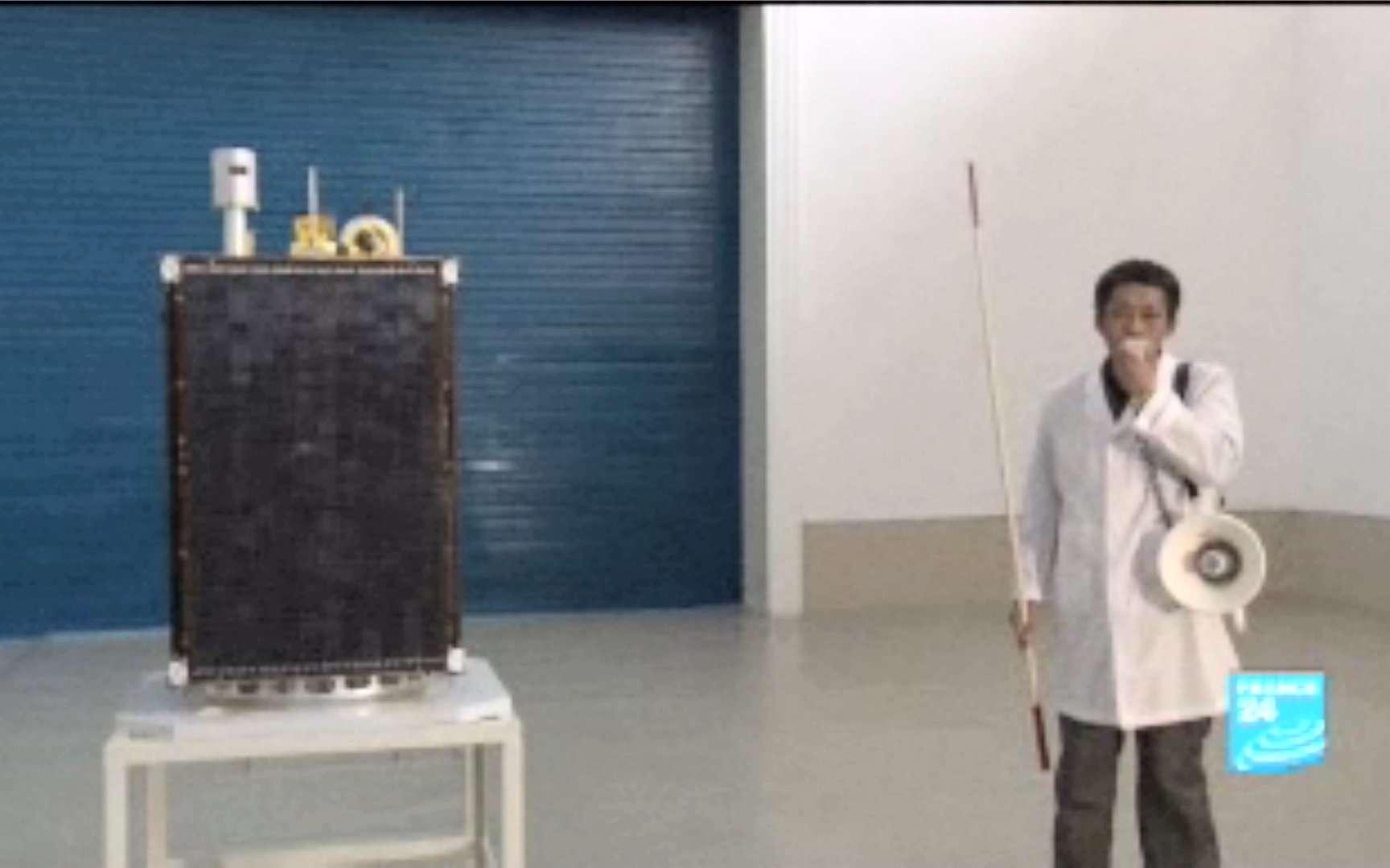 Le satellite Kwangmyongsong-3 présenté à la presse internationale avant le tir du lanceur Unha, alias Taepodong. L'image est extraite d'un reportage de France 24. © France 24