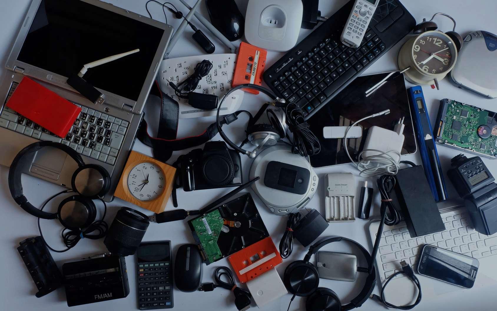 Le plastique noir provient souvent de déchets électroniques recyclés contenant des additifs chimiques. © damrong, Fotolia