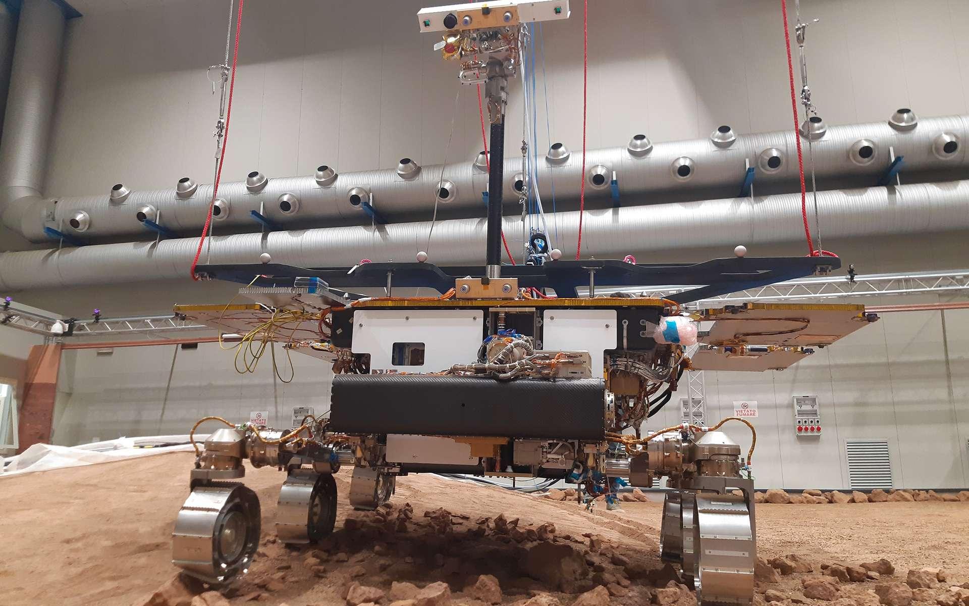 Le Ground Test Model d'ExoMars Rosalind Franklin. Ce modèle de test autant représentatif que possible du « vrai » rover martien est chargé de simuler les activités que réalisera ExoMars lorsqu'il sera sur Mars. © Thales Alenia Space