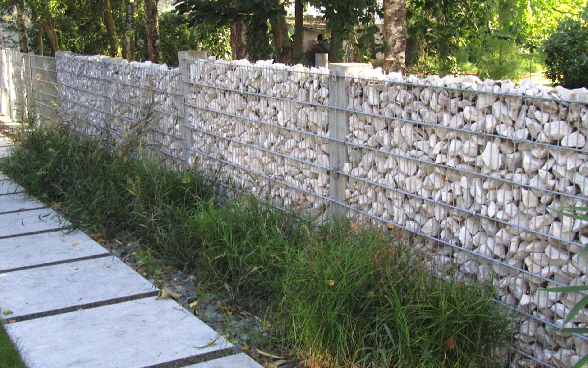 Le mur gabion forme une clôture peu vulnérable au vandalisme, d'autant plus s'il est garni de pierraille. © Leroy Merlin