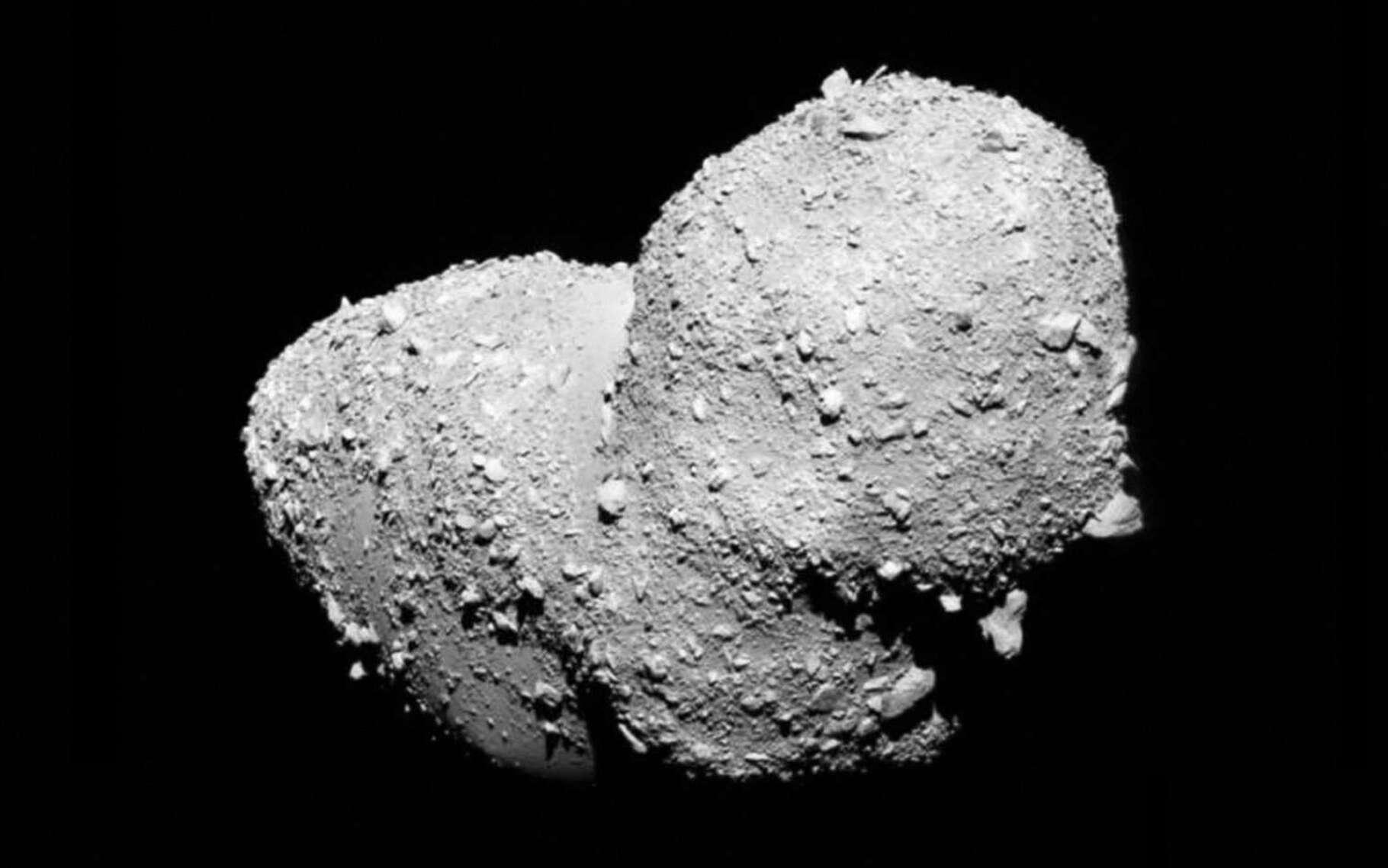 Le Luxembourg est en route vers l'exploitation minière des astéroïdes. Ici, l'astéroïde bilobé en forme de cacahuète, Itokawa, imagé en 2005 par la sonde japonaise Hayabusa venue l'épier. © Jaxa
