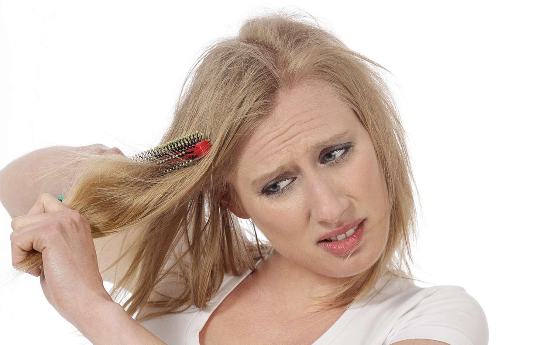 Les démêlants sont composés d'actifs qui permettent de lisser les écailles des cheveux et d'éviter ainsi la formation de nœuds. © mariesacha, Fotolia