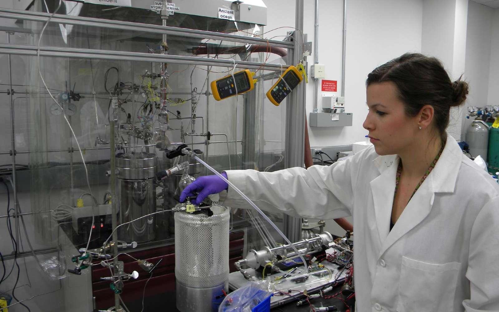 Lauren White, une exobiologiste de la Nasa, tourne une vanne pour faire pénétrer de l'eau de mer chargée en carbone (comme devaient l'être les océans de l'Hadéen) dans un matériau imitant une croûte océanique volcanique. Le tout est situé à l'intérieur d'un réacteur chimique simulant une cheminée hydrothermale. Son objectif est de savoir si l'on peut obtenir, en sortie de ce réacteur, des molécules organiques. En alternance, un liquide alcalin, similaire à celui circulant dans des évents hydrothermaux sur Terre, coule aussi. Le but est d'étudier la chimie prébiotique, voire l'apparition de la vie au fond d'un océan sur la Terre primitive ou dans les lunes glacées en orbite autour de Jupiter ou de Saturne. © Nasa, JPL-Caltech