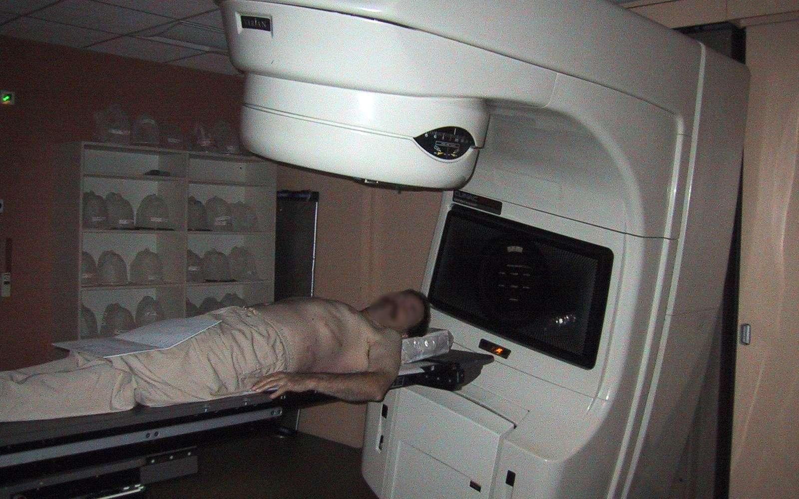 Un patient subissant une séance de radiothérapie. Crédit : GDFL-wikipédia