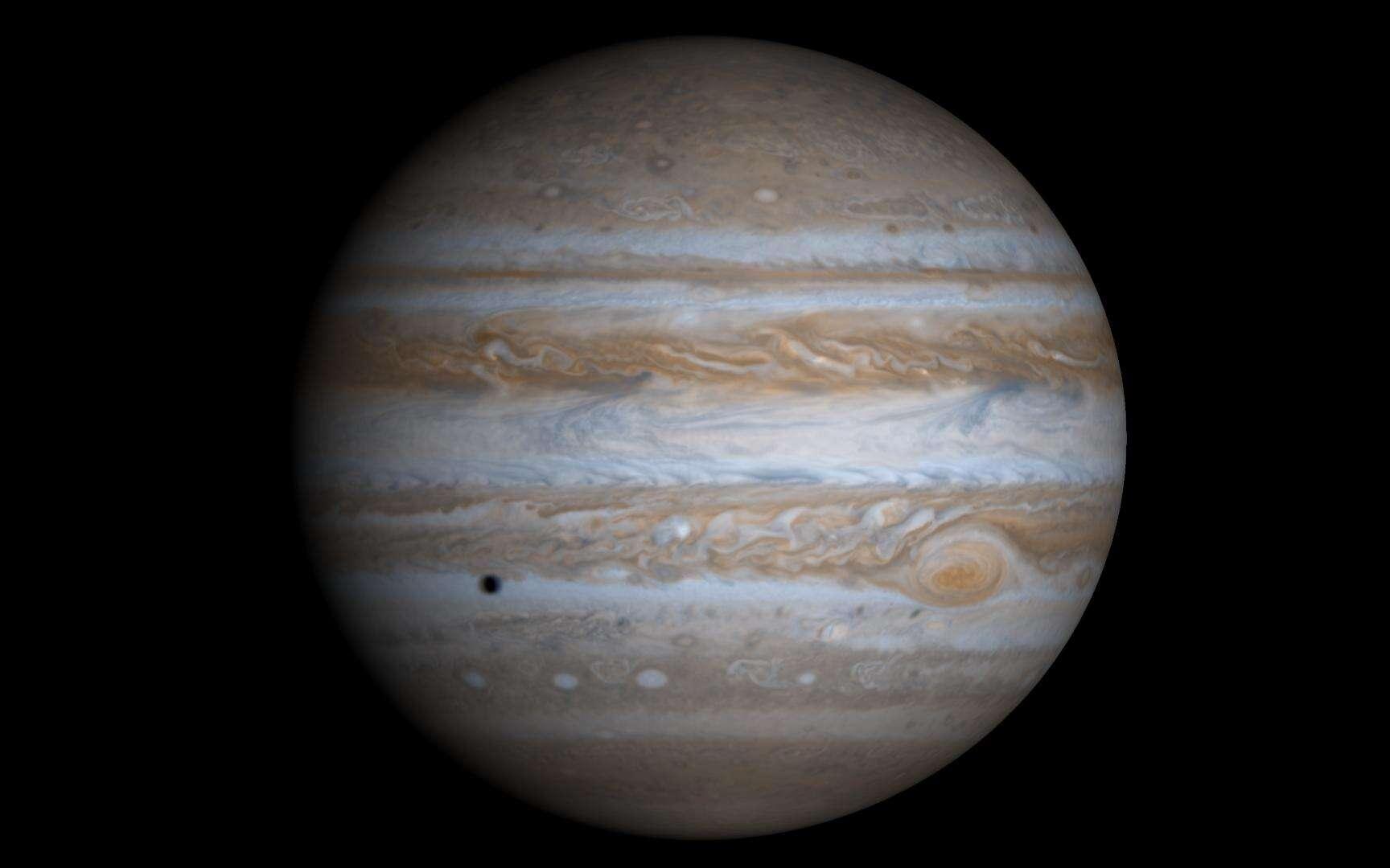 Jupiter vue par la sonde Cassini lors de son périple vers Saturne. L'ombre en bas à gauche est celle d'Europe. Il s'agit en fait d'une image reconstituée à l'ordinateur à partir de quatre photos. © Nasa