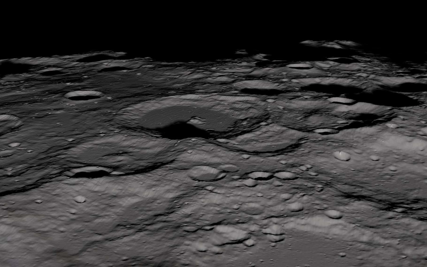 Au pôle Sud de la Lune – ici photographié par Lunar Reconnaissance Orbiter (LRO), de la glace d'eau recouvre le fond des cratères. Elle pourrait s'y être déposée à différentes périodes de l'histoire de notre satellite naturel. © Nasa, Scientific Visualization Studio