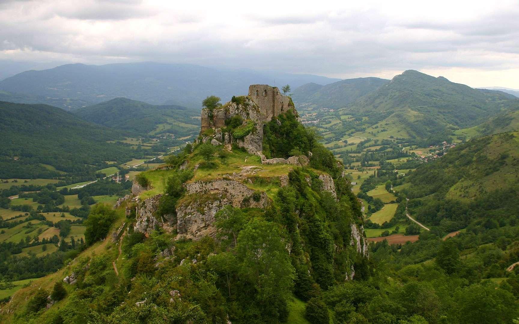 Le château de Roquefixade, ancré dans la roche. Le nom du château de Roquefixade (Ariège), qui signifie littéralement « roche fissurée », évoque l'énorme entaille naturelle comblée par la construction d'une arche de pierre. La forteresse a servi de refuge et de lieu de résistance pour les albigeois (cathares) au XIIe siècle. Altitude : 919 mètres. © Sean Perry, Flickr, CC by-nc-nd 2.0