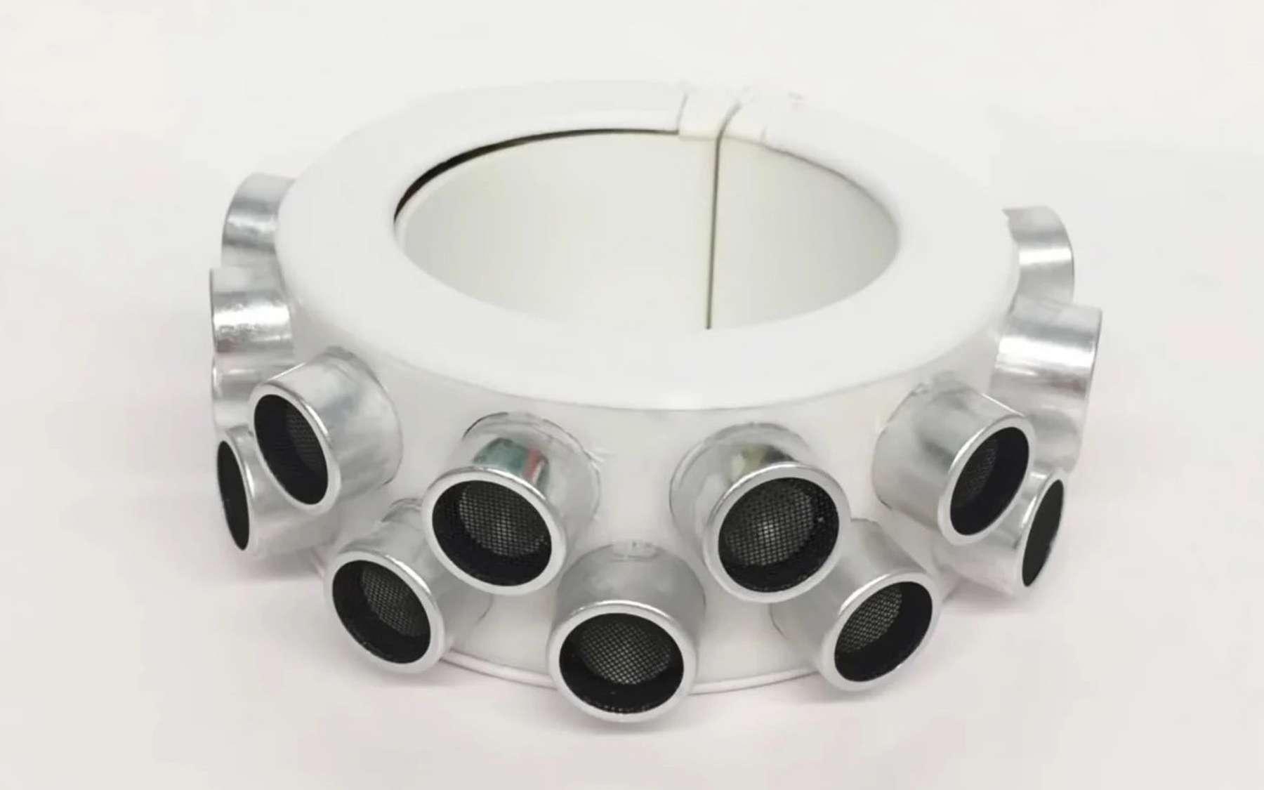 Ce gros bracelet diffuse des ultrasons pour créer une barrière contre les oreilles des objets connectés. © HCI Lab UChicago