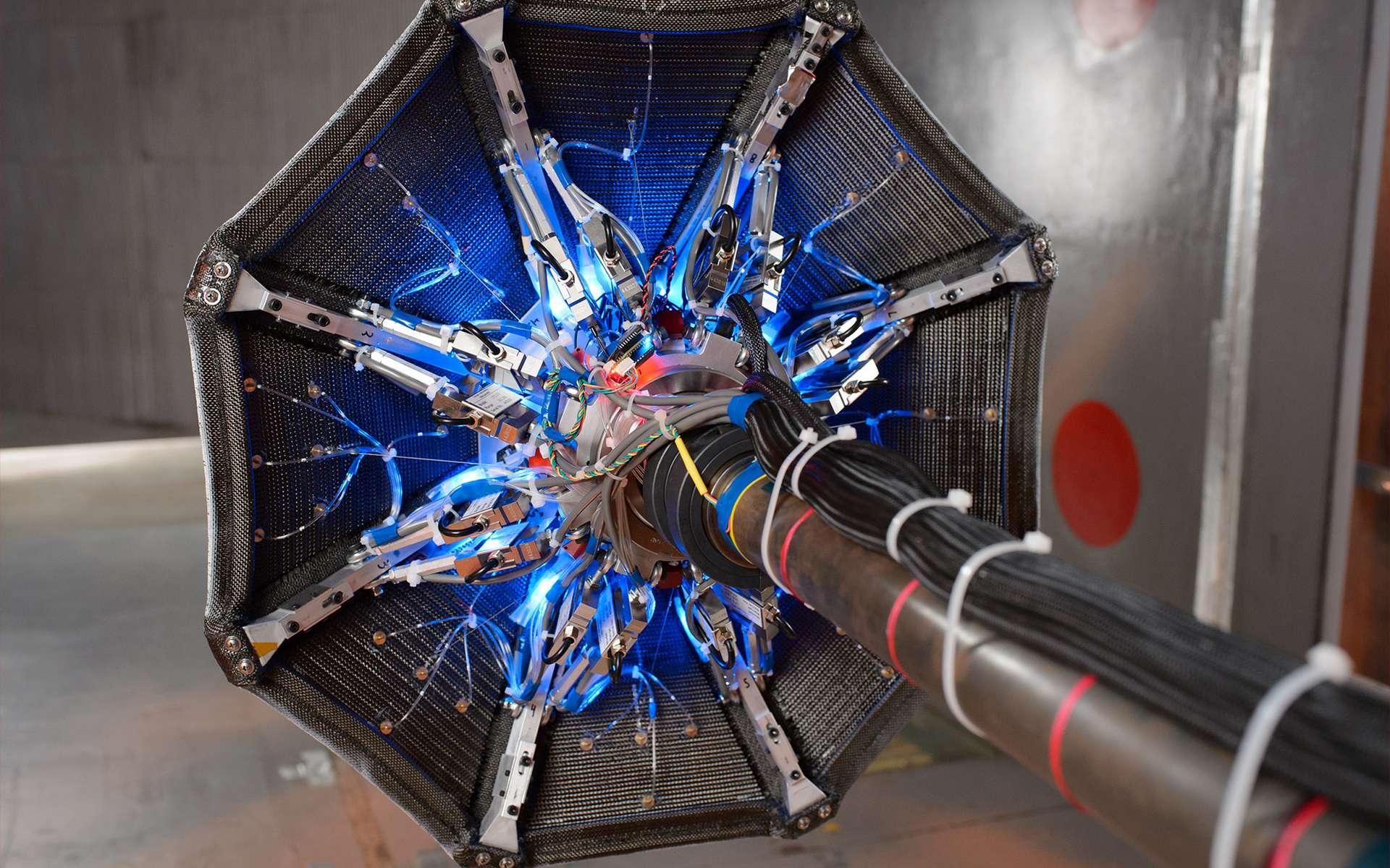 Le bouclier thermique Adept testé au sol. © NASA / Centre de recherche Ames