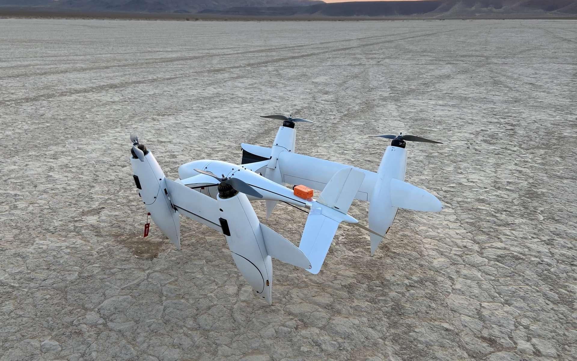 Le Transwing se transforme en l'air pour basculer entre un mode de vol classique et un atterrissage vertical. © PteroDynamics