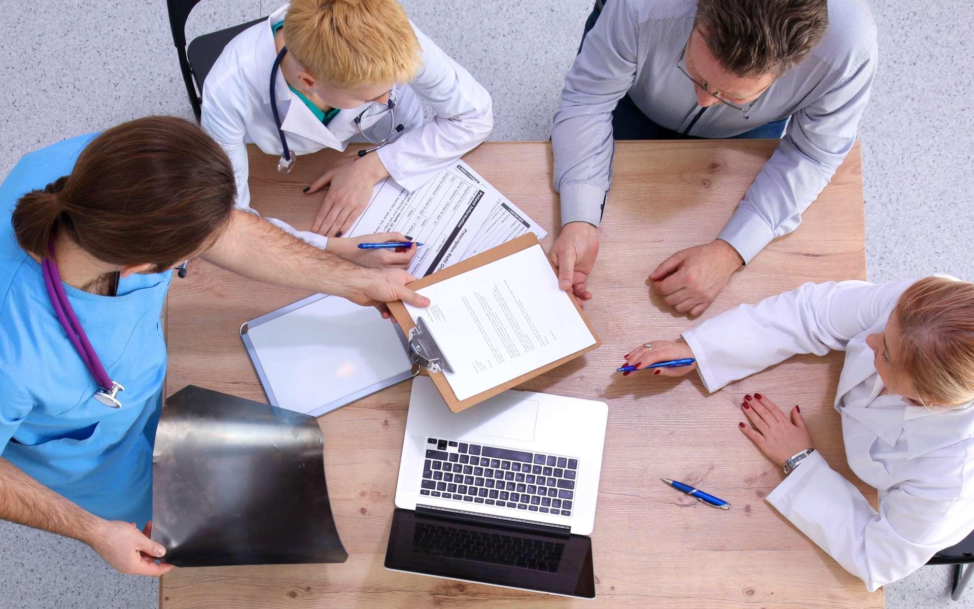 Réunion de concertation pluridisciplinaire autour d'un dossier patient. © Lenetsnicolai, Adobe Stock