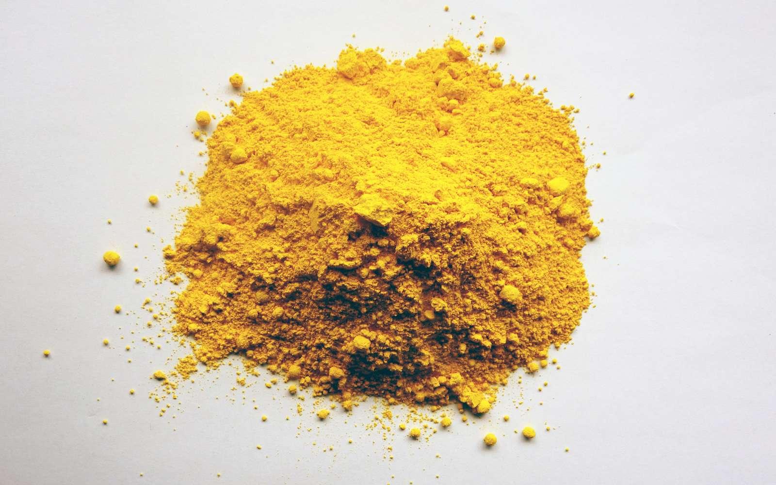 À l'état solide, l'acide picrique se présente sous forme de cristaux jaunes très explosifs. © giniebb, Fotolia
