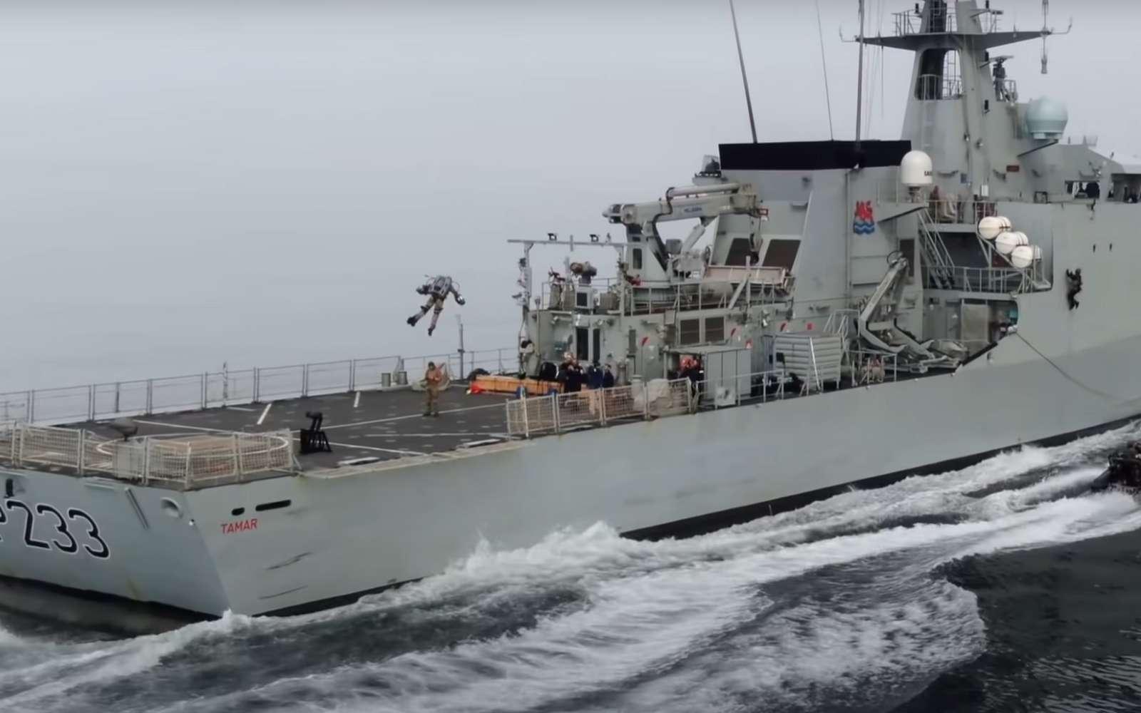 Une vidéo montre le soldat équipé du jetpack se poser sur le pont du navire de guerre de la Royal Navy. © Gravity Industries
