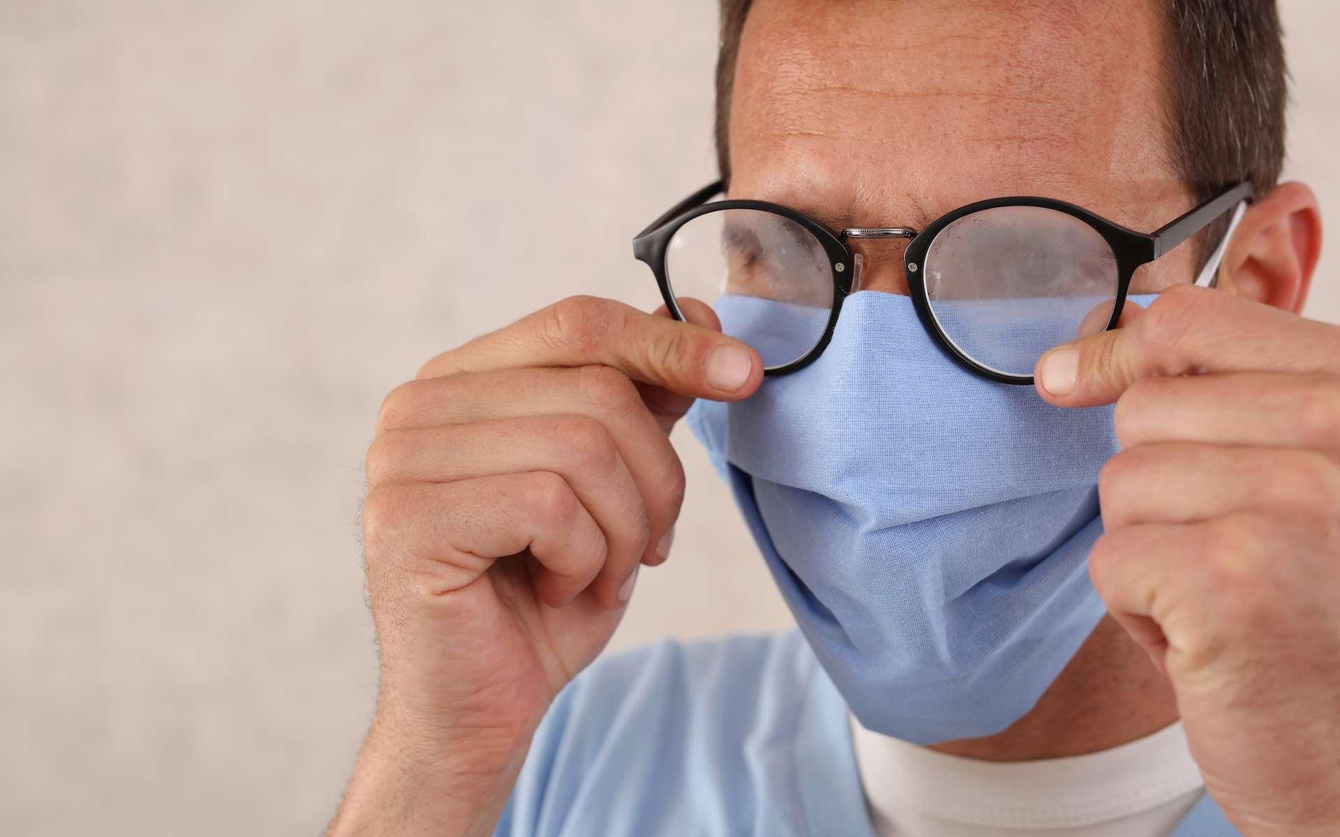 La condensation sur les lunettes gêne fortement la vision. © glisic_albina, Adobe Stock