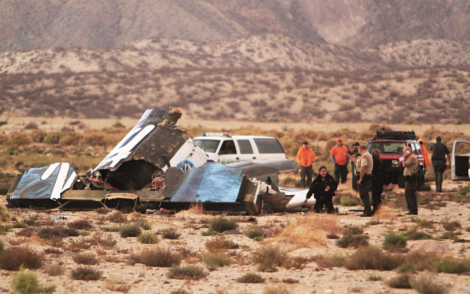 Une partie des débris du SpaceShip Two après son crash qui aura coûté la vie à Michael Alsbury, un des deux pilotes d'essai. © Knbc-TVAlex Horvath