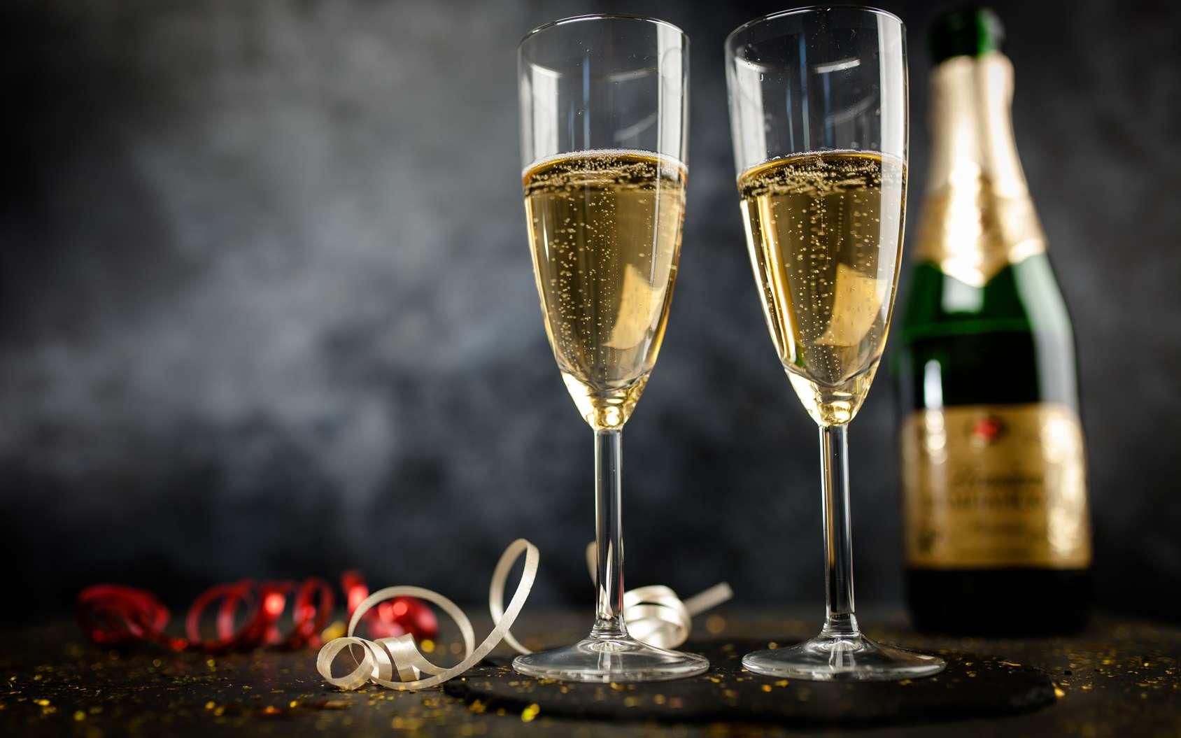 Une fois la bouteille ouverte, les bulles s'échappent du champagne. Malheureusement, une petite cuillère ne suffit pas à les retenir. © George Dolgikh, Fotolia
