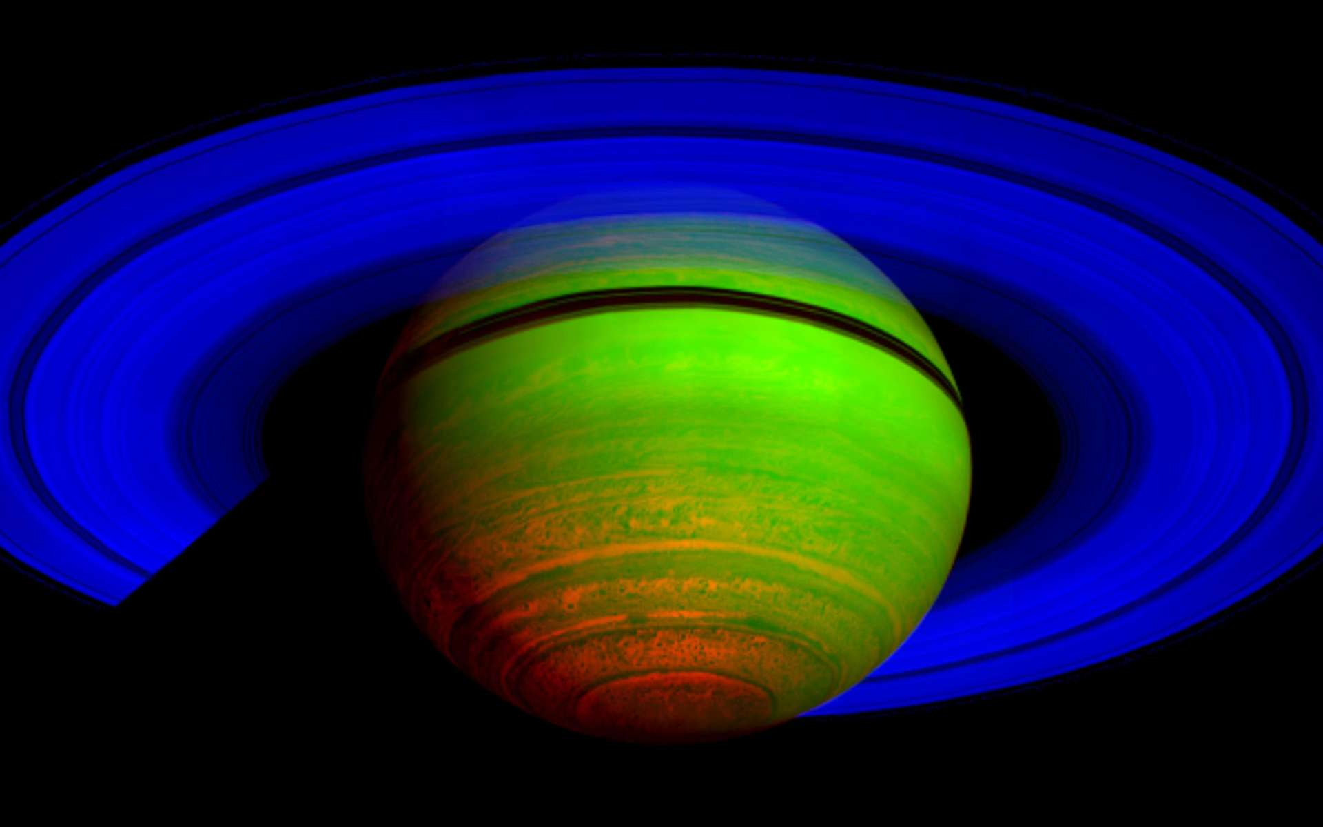Saturne et ses anneaux, observés en infrarouge par la sonde Cassini. On distingue nettement la division de Cassini, bien visible depuis la Terre. © Nasa/JPL/University of Arizona