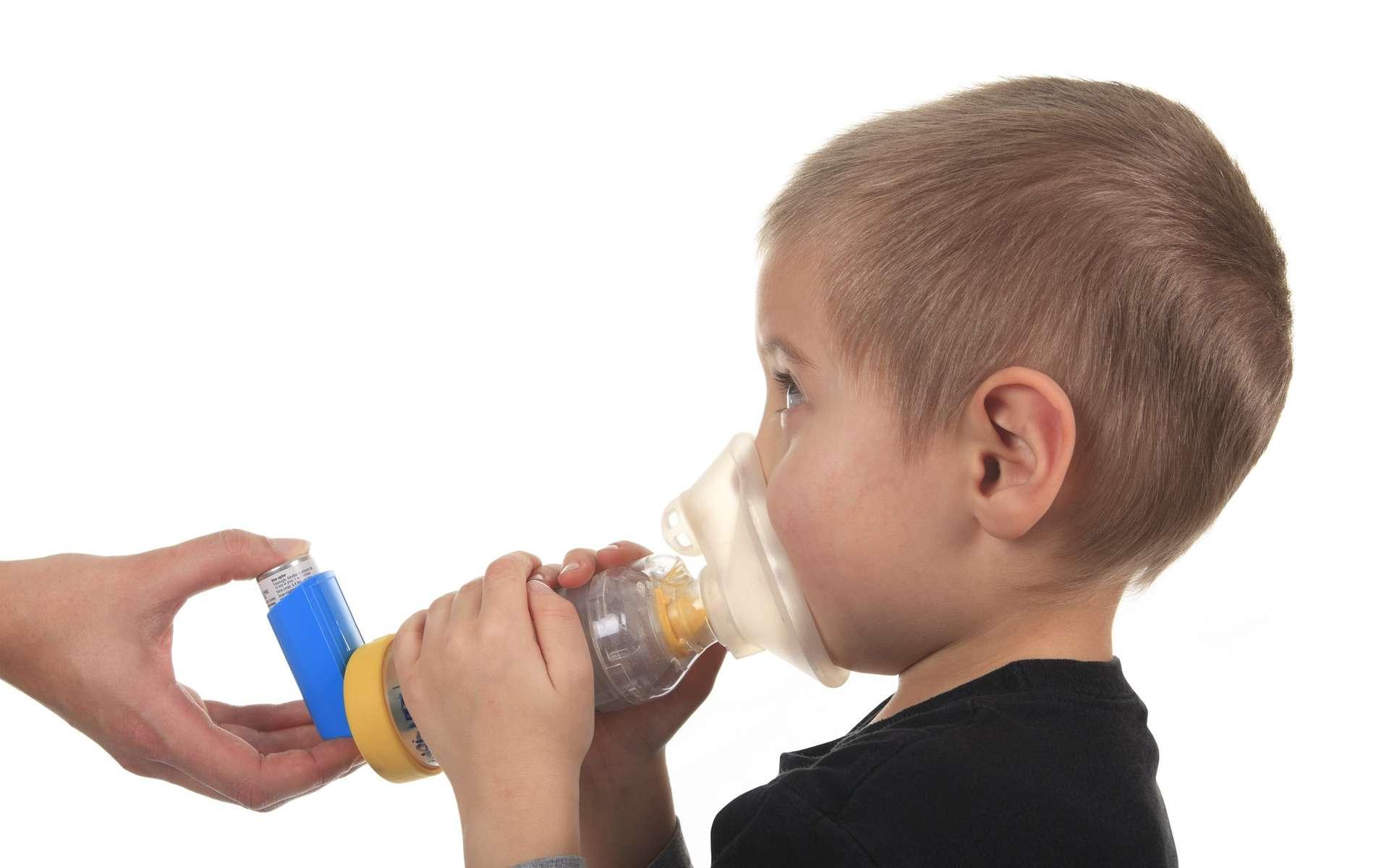 Les enfants souffrant d'asthme peuvent utiliser une chambre d'inhalation pour prendre leur traitement. © Lopolo, Shutterstock