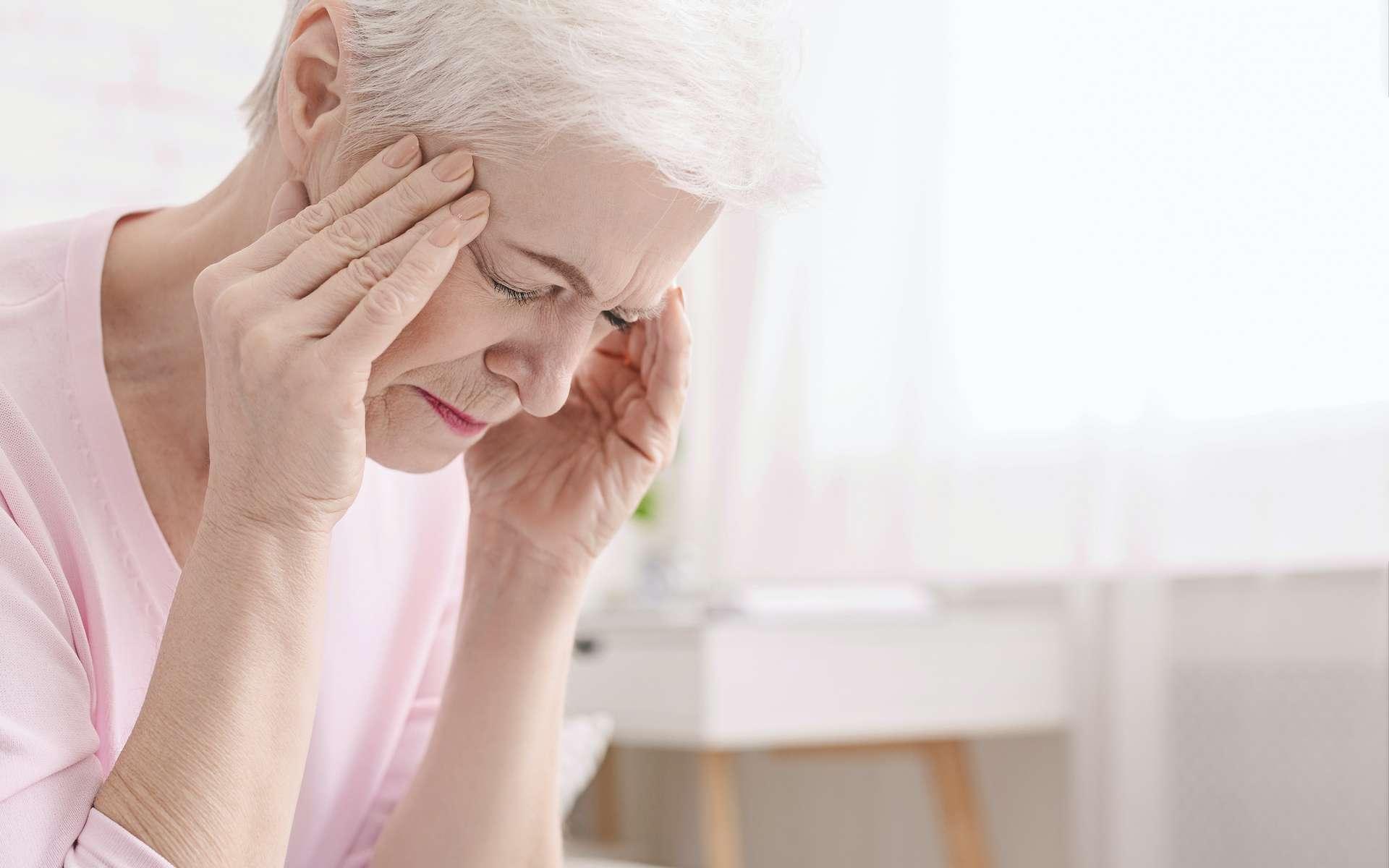 La maladie de Horton se traduit fréquemment par des maux de tête intenses et irradiants. © Prostock-studio, Adobe Stock