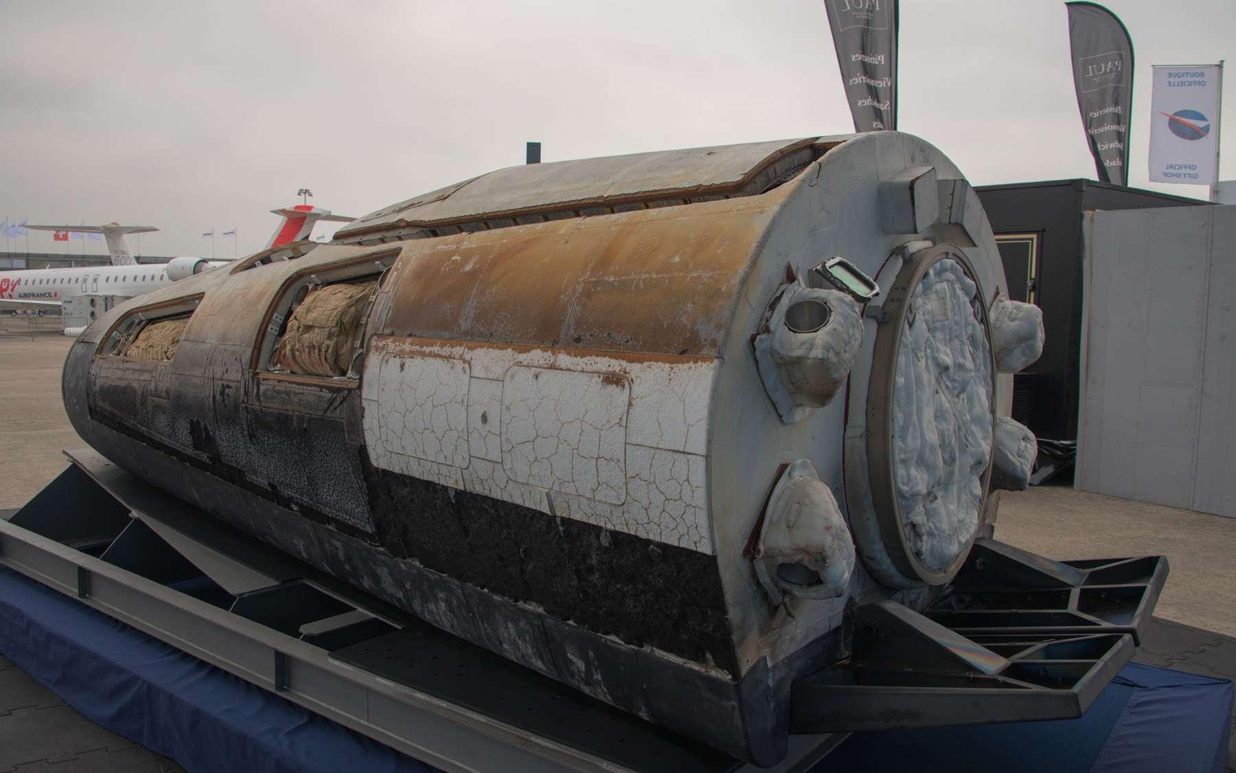 L'IXV au salon du Bourget, portant encore les stigmates de son vol du 11 février. L'image montre les deux volets de gouverne (à droite sur l'image), installés à l'arrière de l'appareil et permettant le pilotage par les forces aérodynamiques. On distingue les deux protections thermiques, radiative (les tuiles noires, sous le ventre, exposées aux plus fortes températures), et ablative, au-dessus. © Rémy Decourt