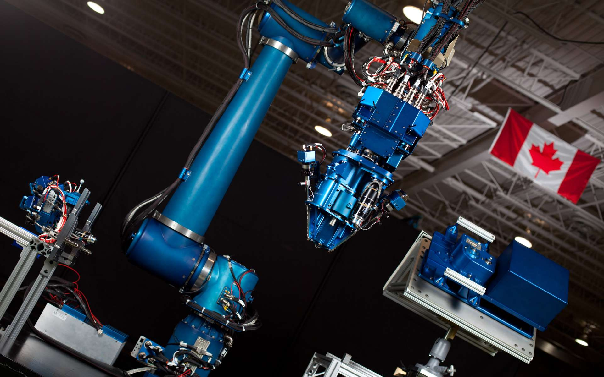 Prototype d'un bras robotique de 2,5 m d'une plus grande dextérité que Dextre, en service sur l'ISS. Il est conçu pour démontrer sa capacité à réparer et ravitailler des satellites en orbite ainsi que remplacer des pièces ou des composants défectueux. © Agence spatiale canadienne