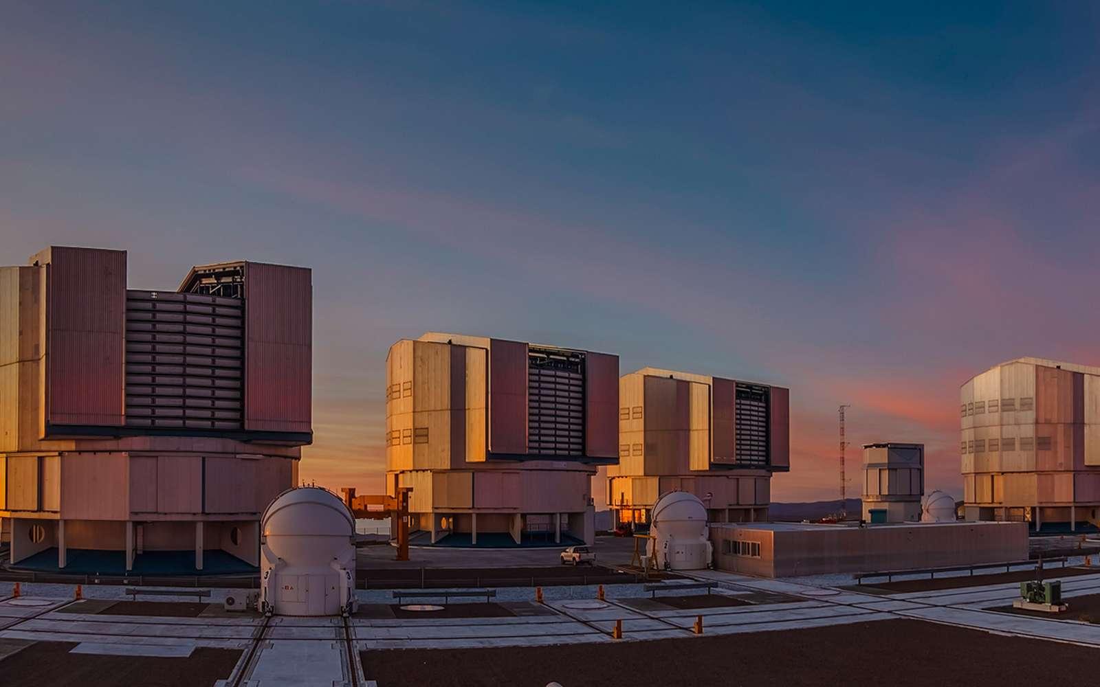 Le Cerro Paranal est une montagne du désert d'Atacama (Chili) devenu célèbre après l'installation en son sommet d'un observatoire astronomique européen. Là, il fait beau 330 jours par an. Loin de toute pollution atmosphérique — y compris de type vapeur d'eau — et lumineuse, le site jouit d'un ciel d'une pureté exceptionnelle.La construction des quatre grands télescopes qui composent le Very Large Telescope (VLT) a débuté en 1998 à quelque 2.600 mètres d'altitude. Depuis, le VLT, l'un des télescopes les plus évolués au monde, a tenu toutes ses promesses. © Marcio Cabral, Tous droits réservés