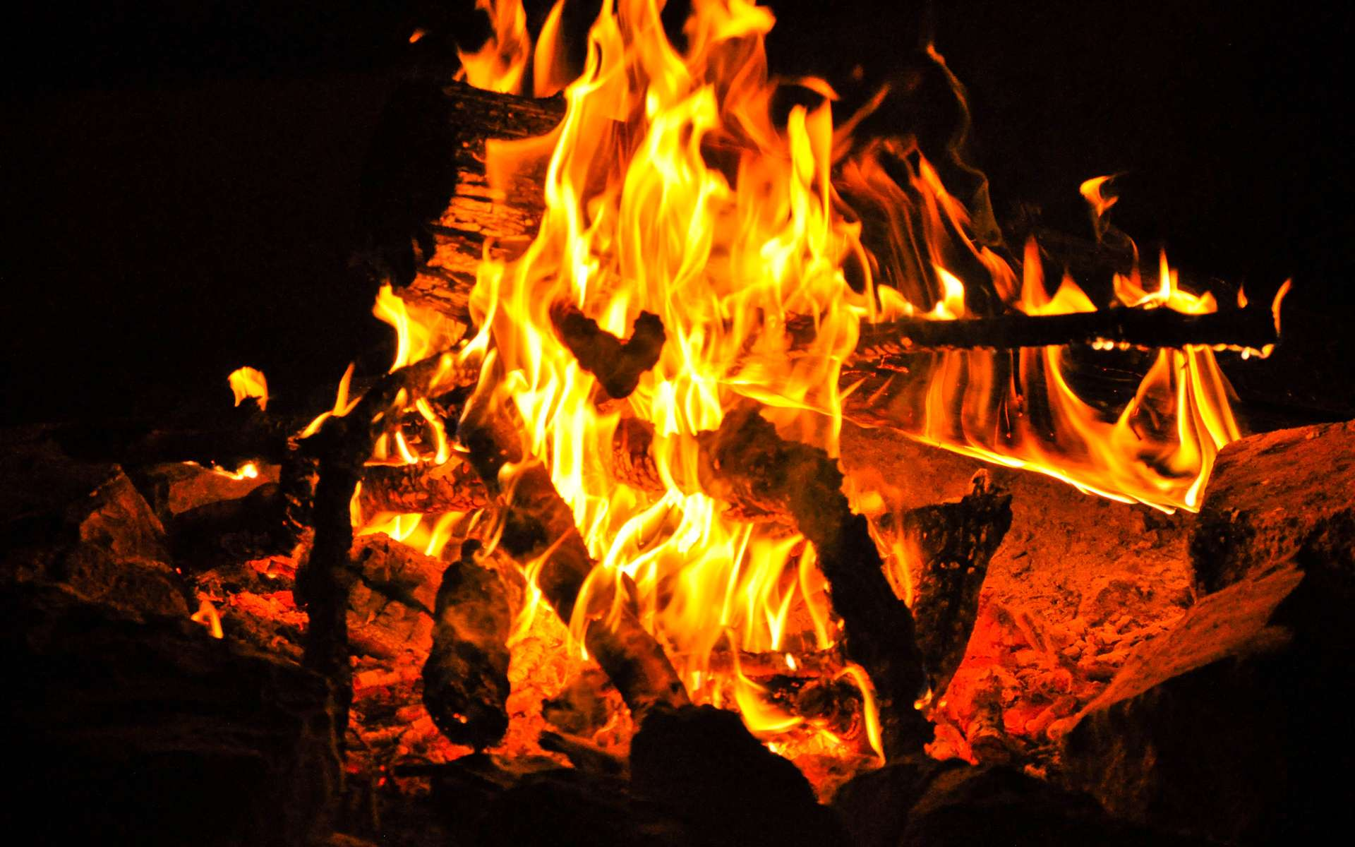 Lorsque la combustion du bois n'est pas efficace, il peut y avoir émission de composés organiques volatils (COV). © MatHelium, Flickr, CC by-nc-nd 2.0