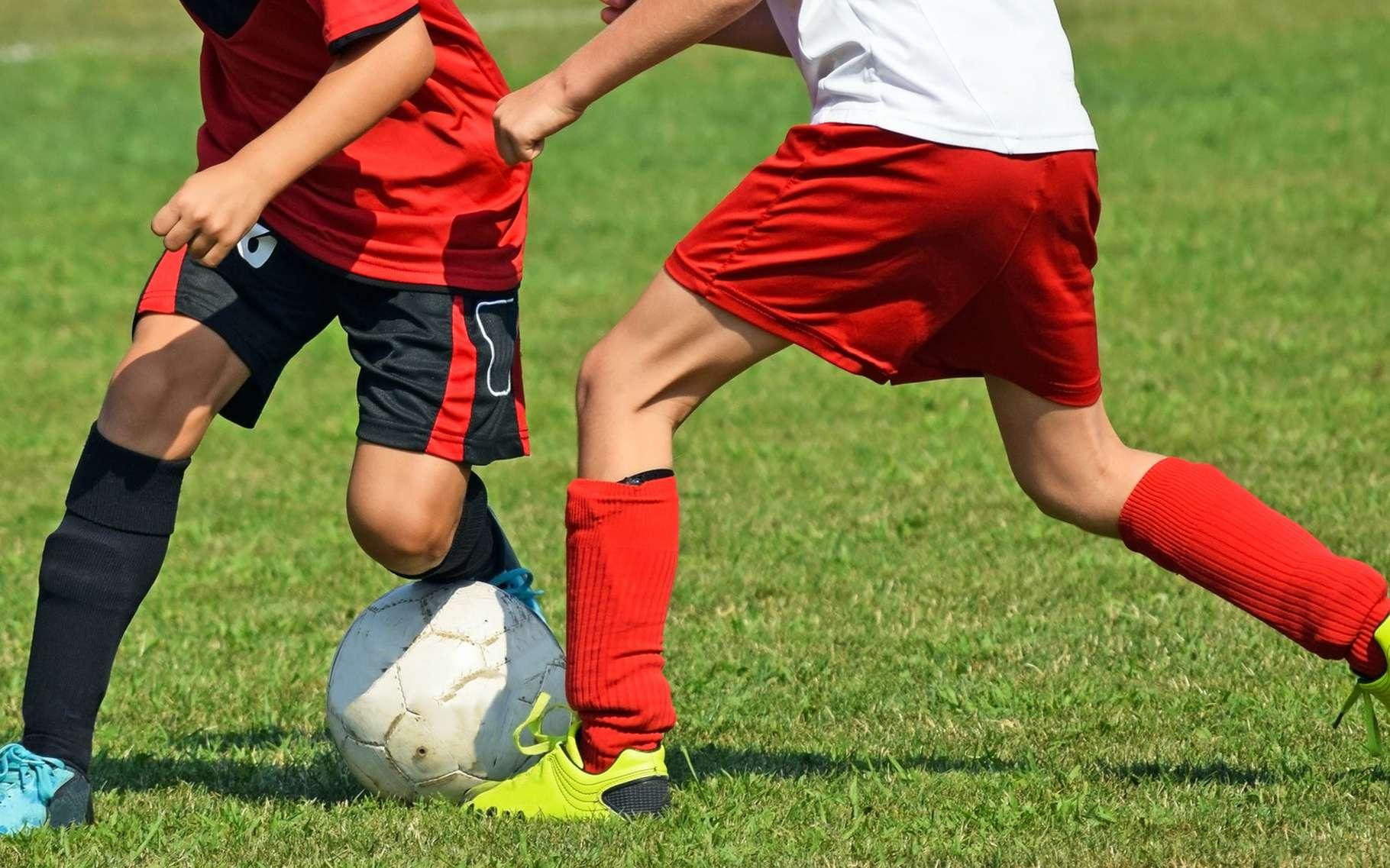 Le muscle court adducteur se situe dans la face interne de la cuisse, allant du pubis au fémur. Il permet de rapprocher une jambe de l'autre. Il est sollicité lorsqu'une personne joue au football par exemple. © Laszlo66, Shutterstock