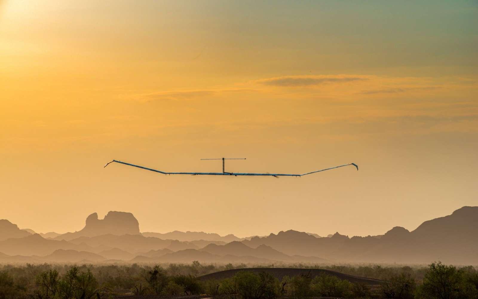 Avec ses 28 mètres d'envergure dotés de panneaux solaires, le drone électrique peut se maintenir en l'air durant 26 jours dans la stratosphère. © Airbus