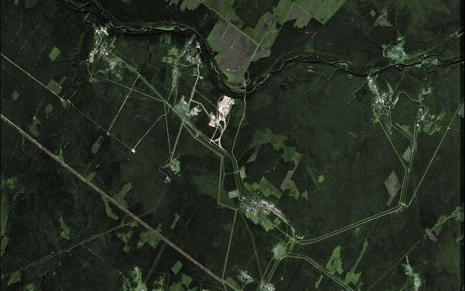 Entourée par la forêt boréale, la rivière Severnaya serpente en haut de l'image. La ville de Plesetsk se situe à quelque 30 km au sud-ouest de la grande boucle de la rivière. Crédit Kompsat 2/Esa